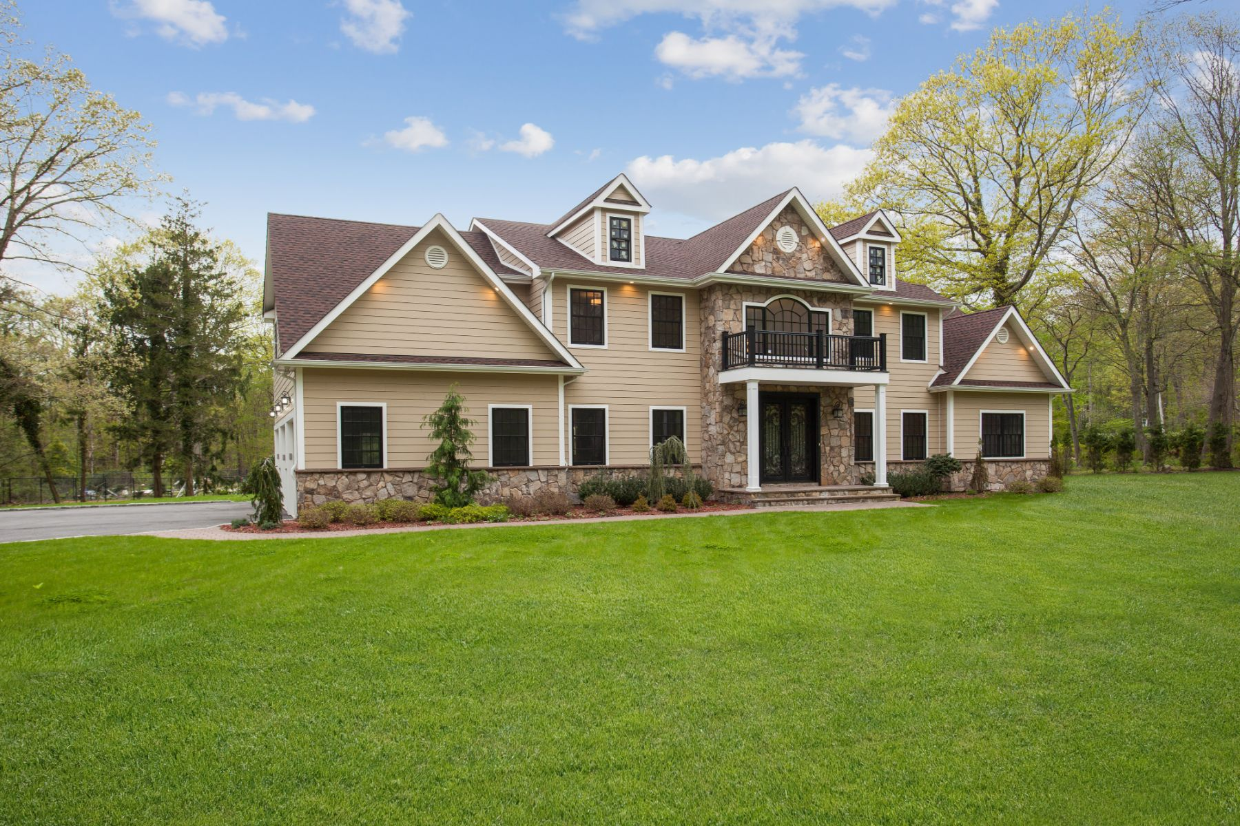 Single Family Homes für Verkauf beim St. James 31 Branglebrink Road, St. James, New York 11780 Vereinigte Staaten