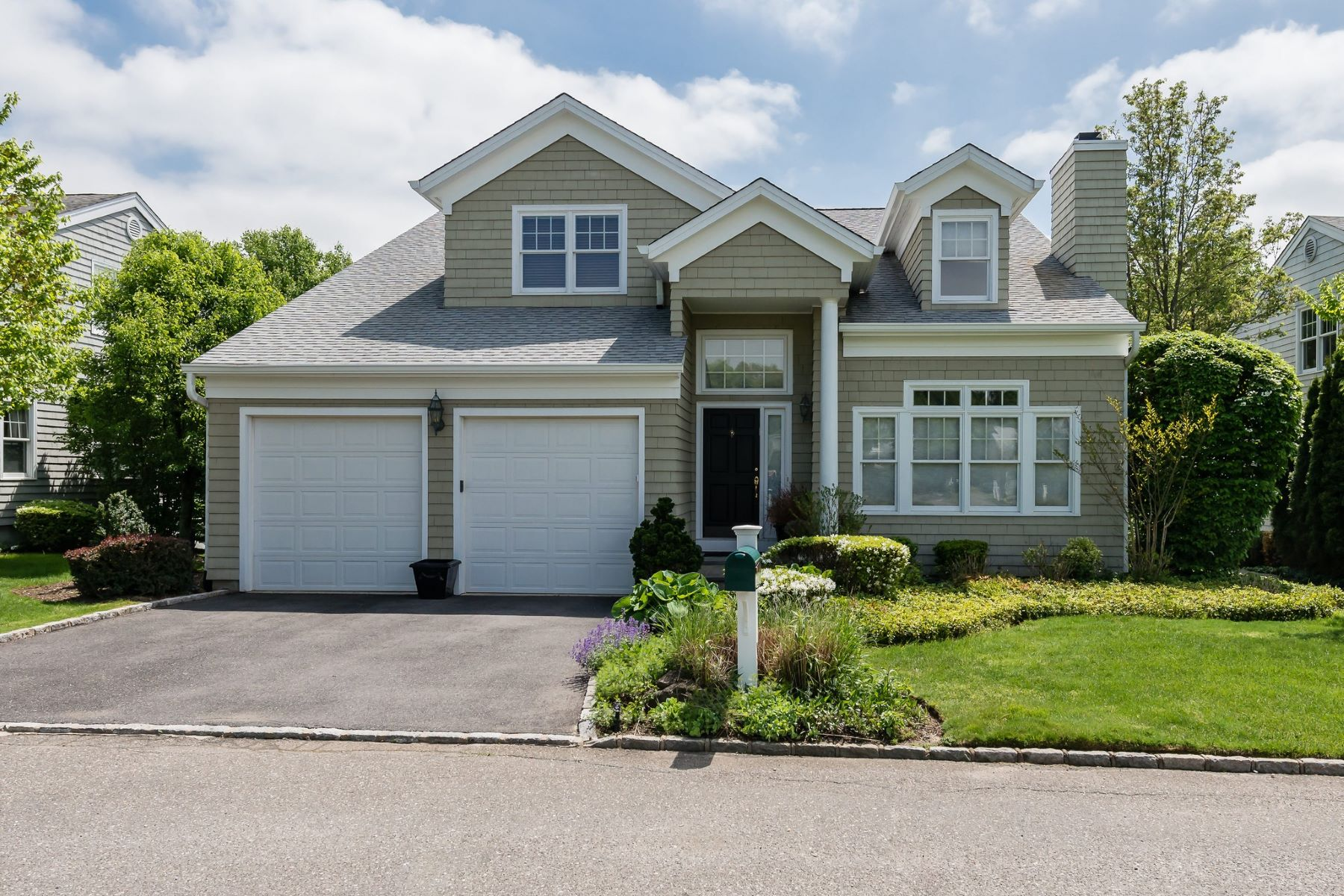 Single Family Homes for Sale at Oyster Bay 37 Fieldstone Lane Oyster Bay, New York 11771 United States