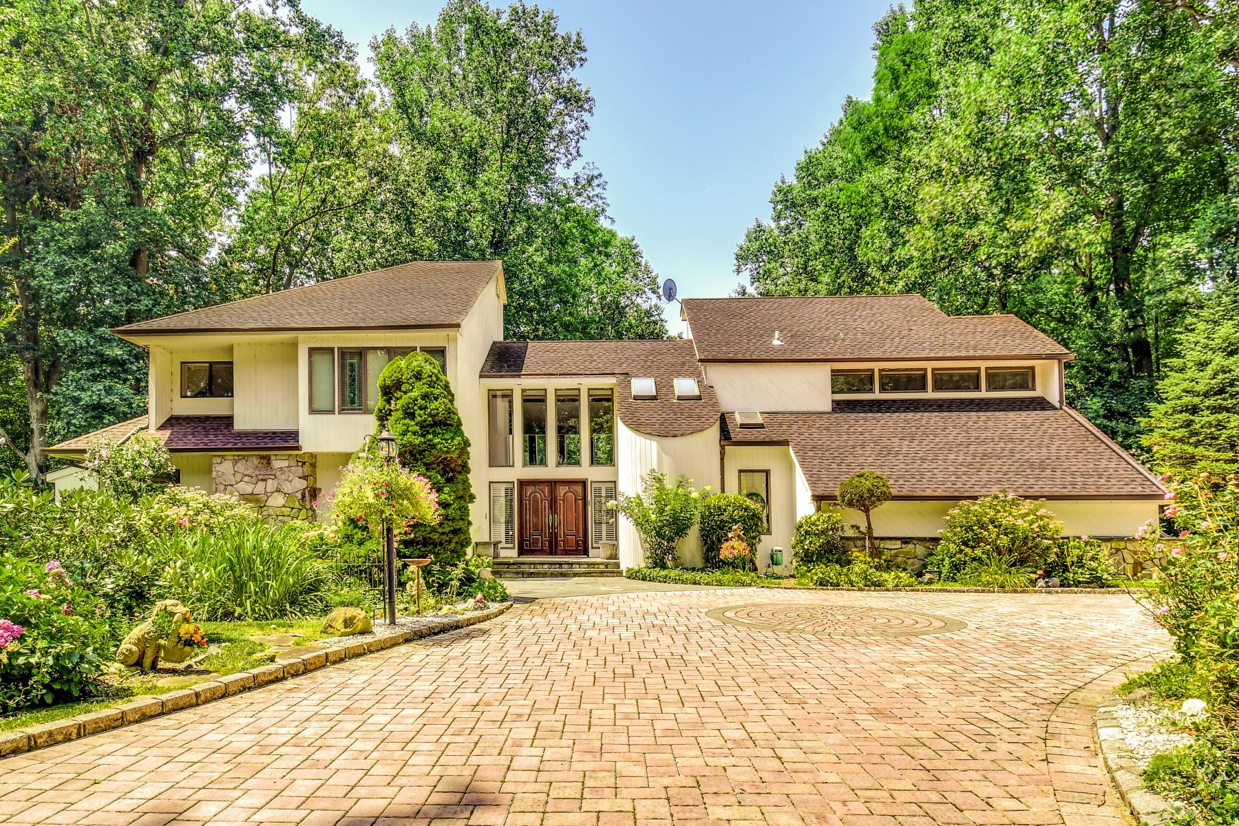 Single Family Homes for Sale at Northport 20 Locust Lane Northport, New York 11768 United States