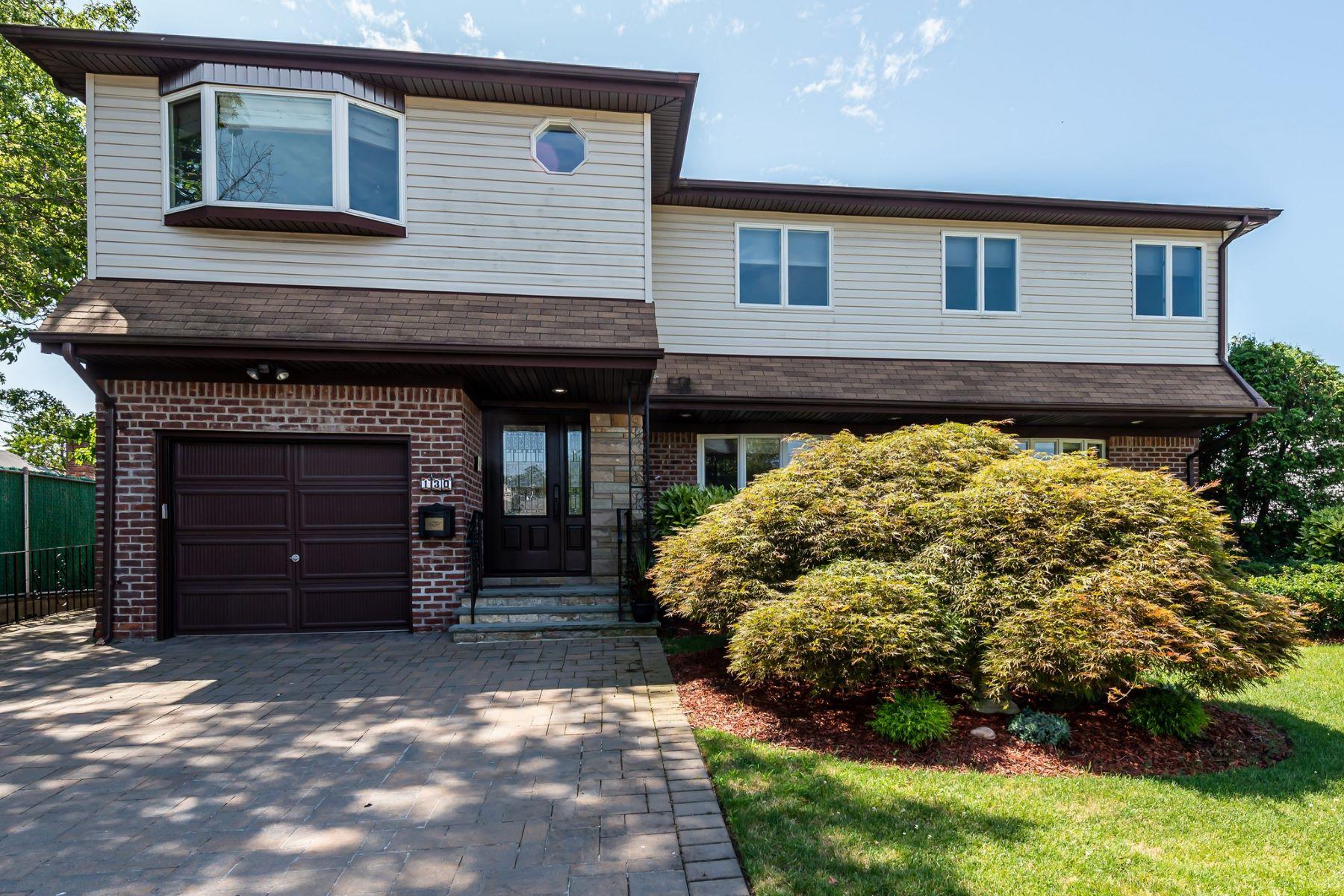 Single Family Homes 為 出售 在 New Hyde Park 130 Elm Ln, New Hyde Park, 纽约 11040 美國