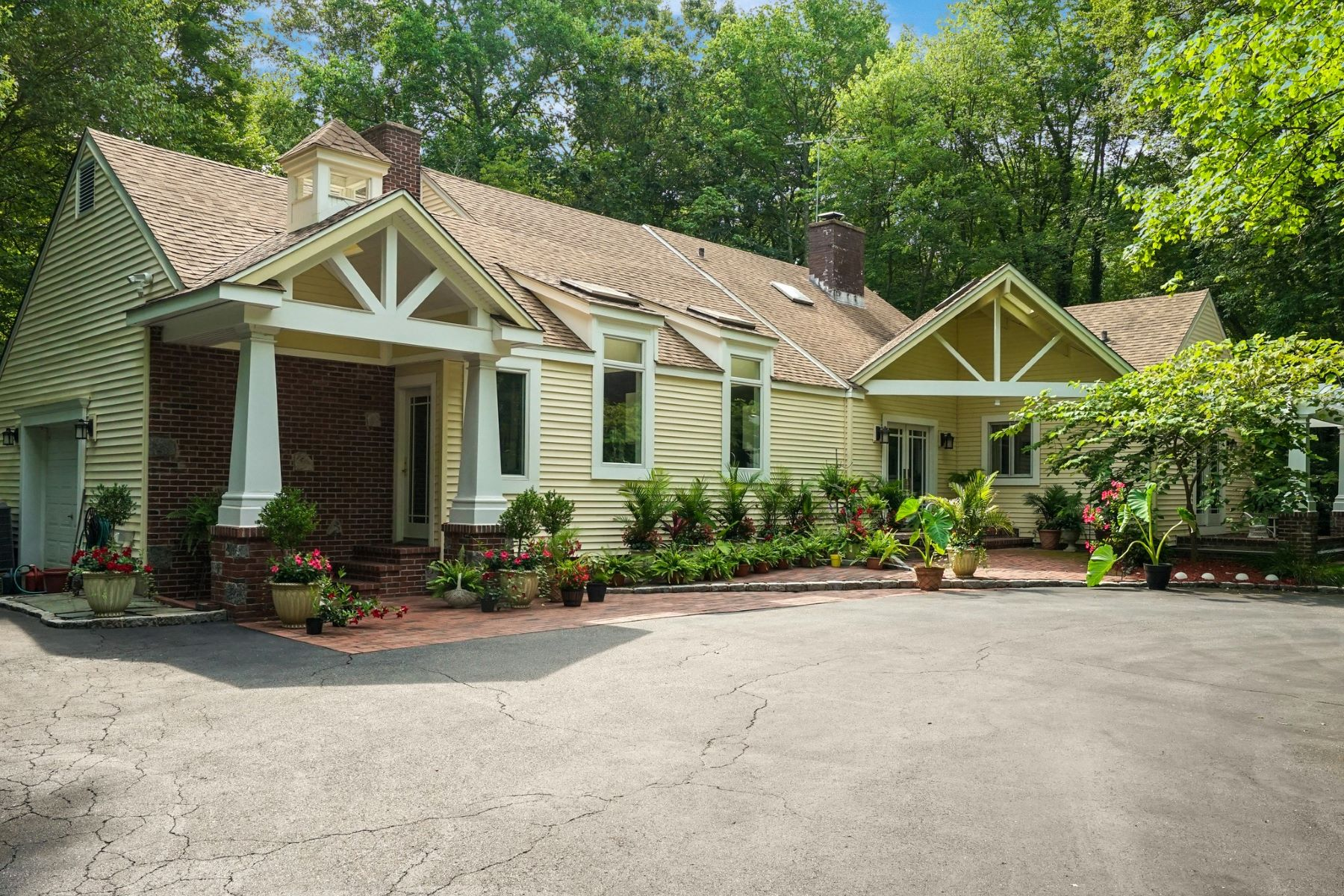 Single Family Homes for Sale at Oyster Bay Cove 6 Tiffany Rd Oyster Bay Cove, New York 11771 United States