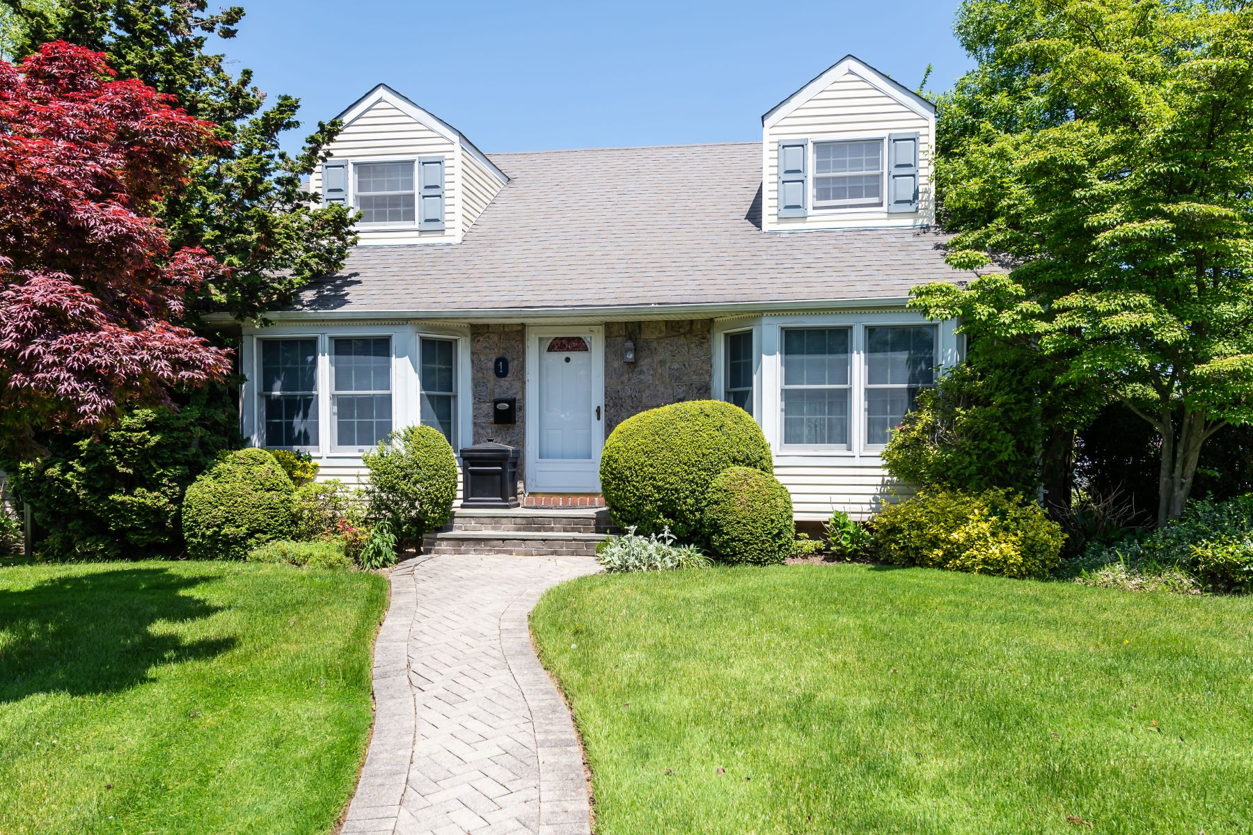 Single Family Homes for Sale at Carle Place 1 Southview Ct Carle Place, New York 11514 United States