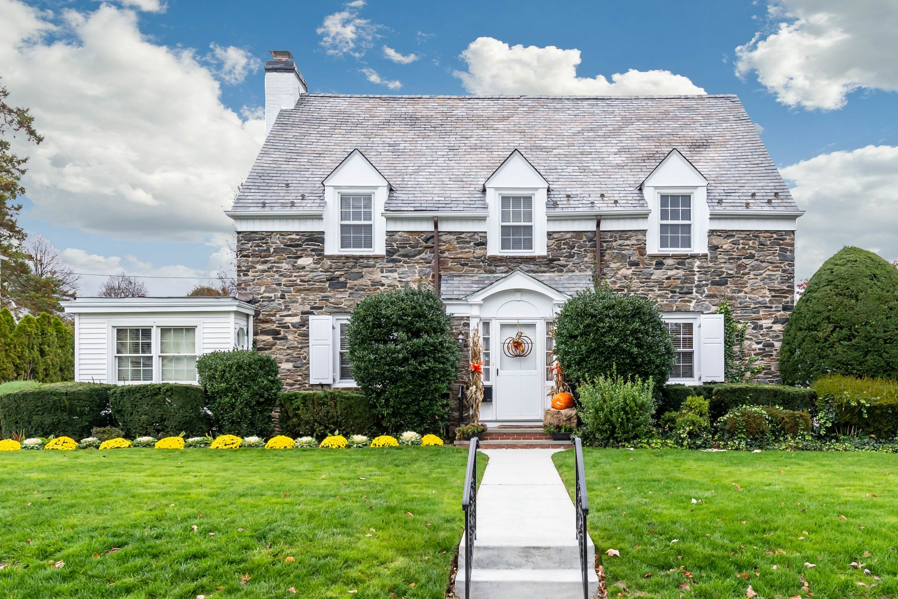 Single Family Homes por un Venta en Garden City 11 Cedar Place Garden City, Nueva York 11530 Estados Unidos