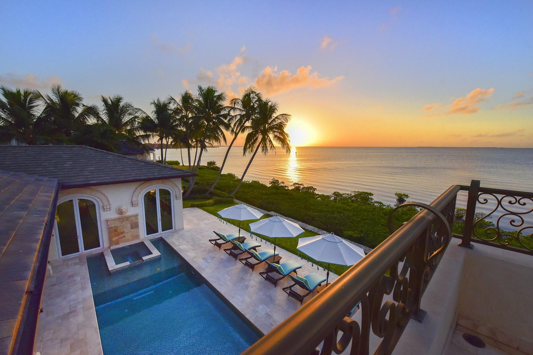 Single Family Homes 为 销售 在 21 East Snapper Point Drive 拉哥, 佛罗里达州 33037 美国