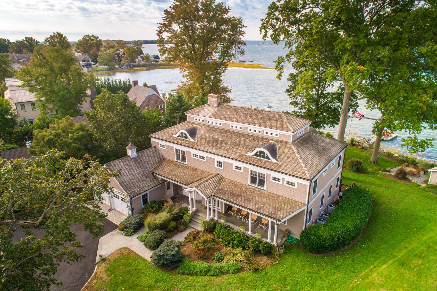 Single Family Homes のために 売買 アット Magical Sunsets Over Greenwich Cove 7 Bryon Road, Old Greenwich, コネチカット 06870 アメリカ