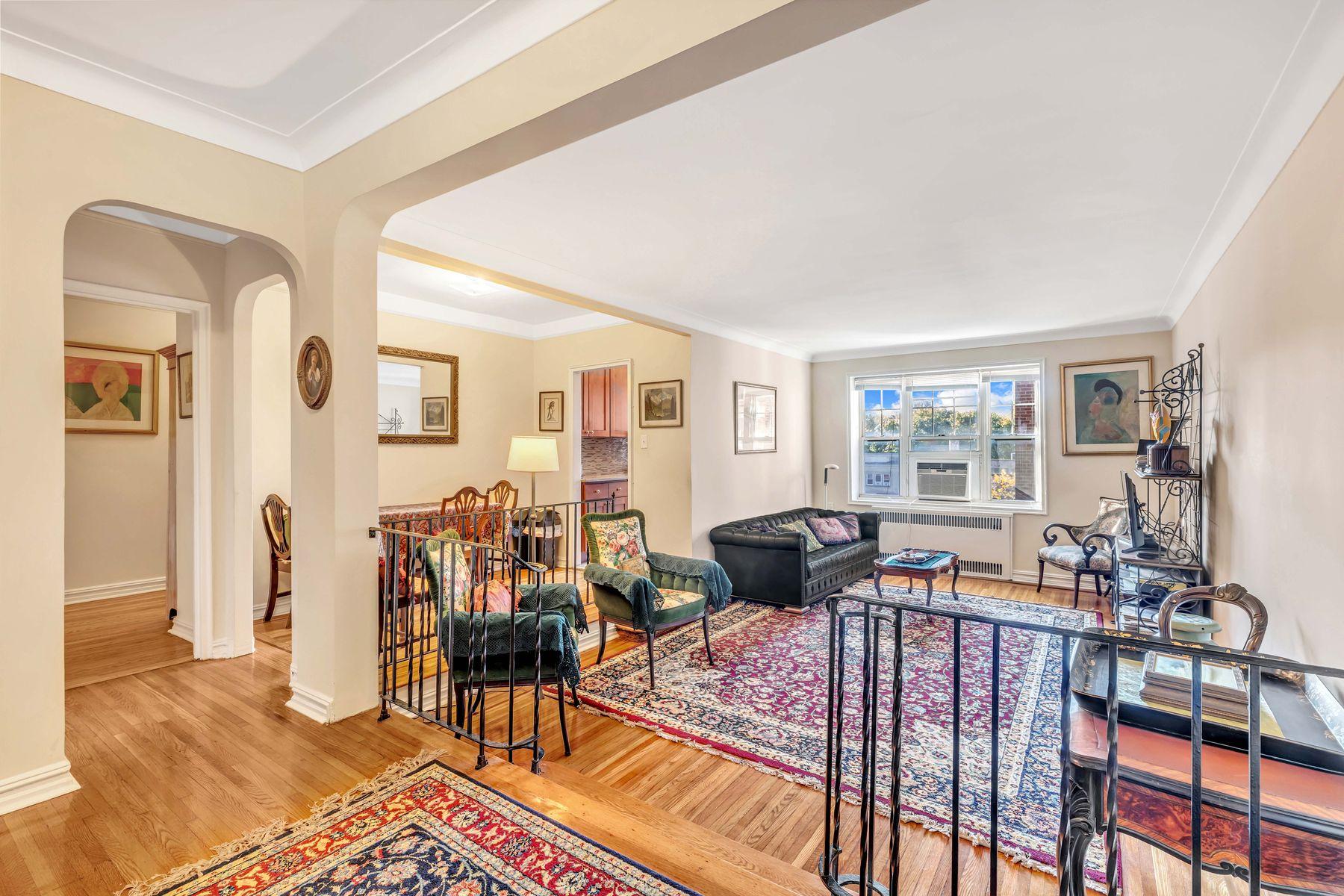 Co-op Properties 용 매매 에 77-14 113 Street, Apt. 4E Forest Hills, 뉴욕 11375 미국