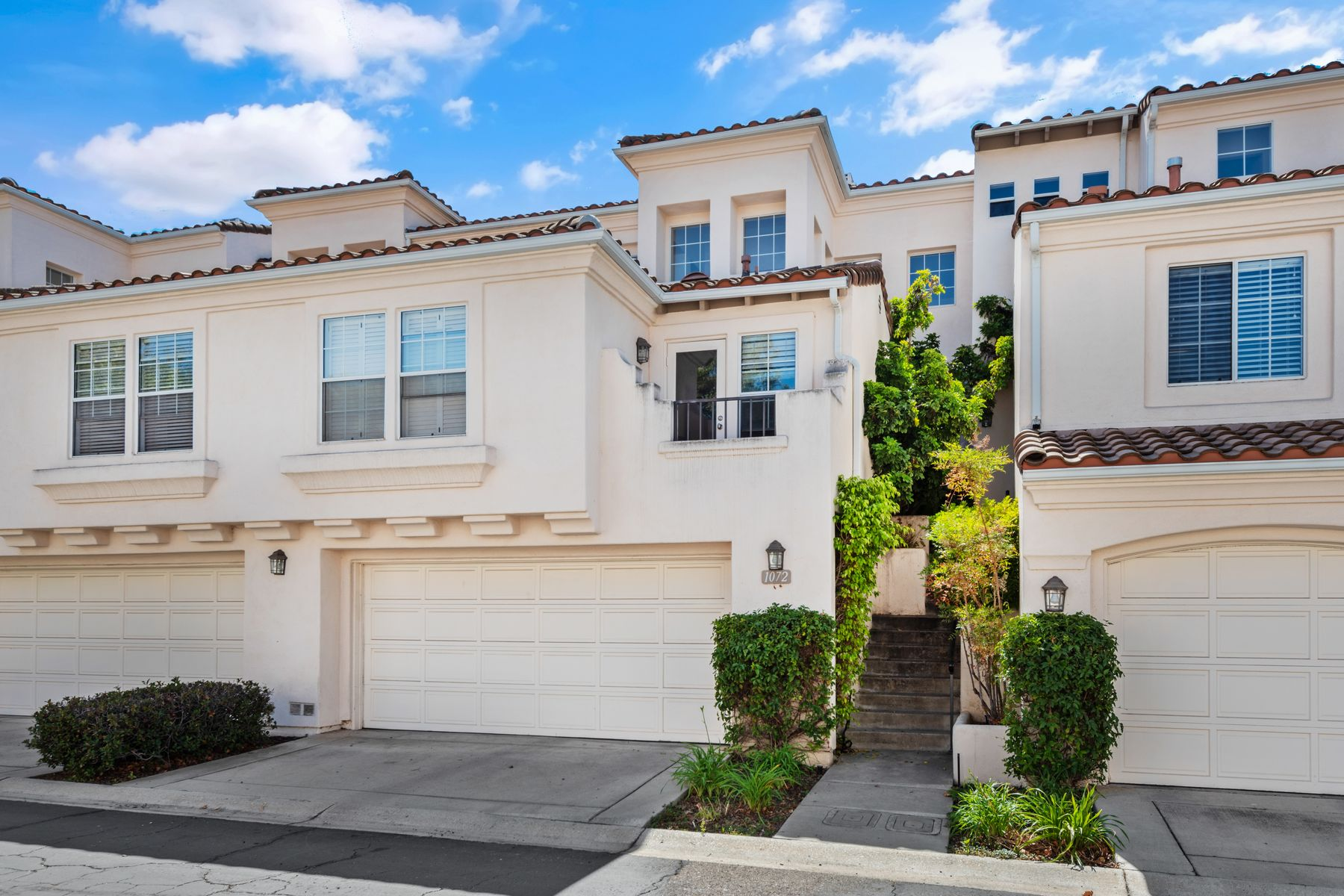 townhouses for Sale at Beautiful Contemporary Town Home 1072 Mountain Oak Place Newbury Park, California 91320 United States