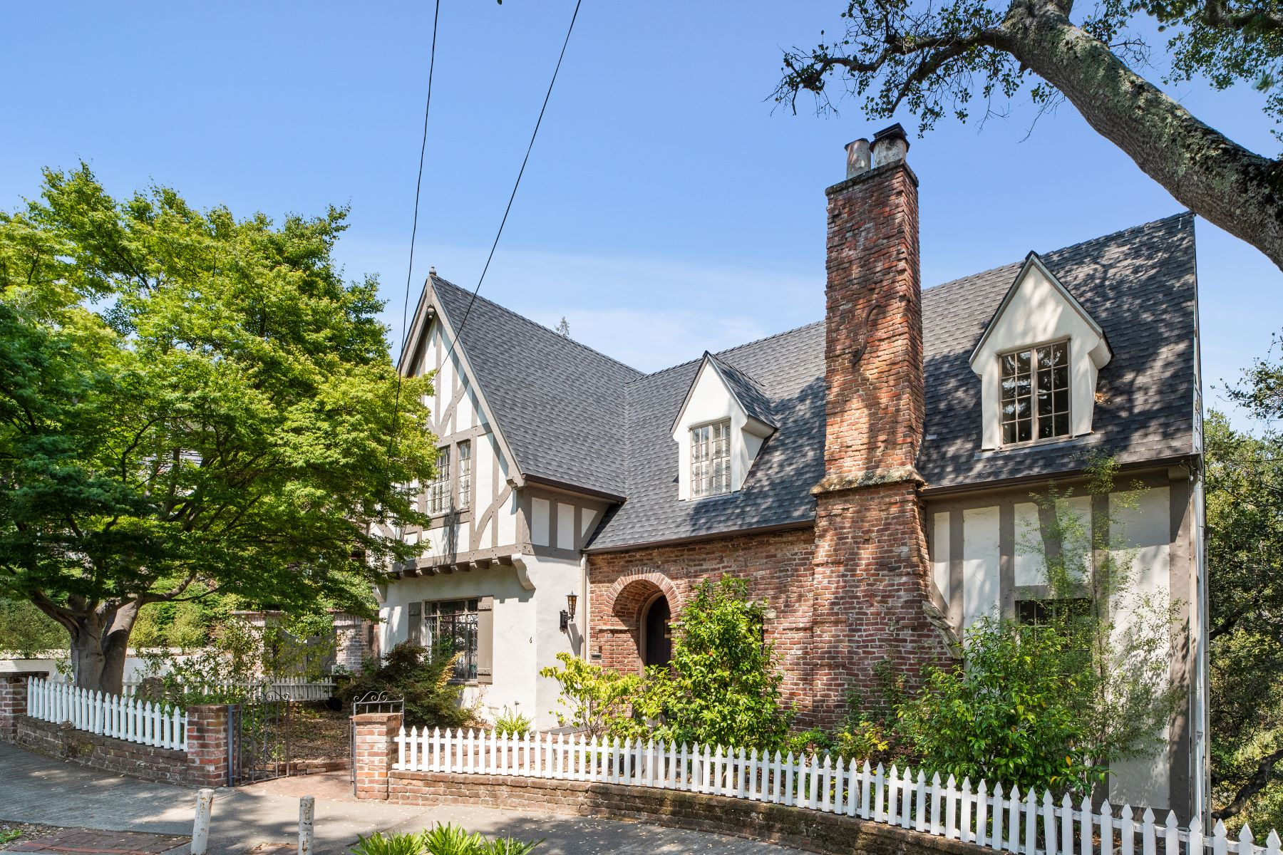 Single Family Homes 为 销售 在 Exquisite, Eco Enhanced Oakland Tudor 6 Downey Pl 奥克兰, 加利福尼亚州 94610 美国