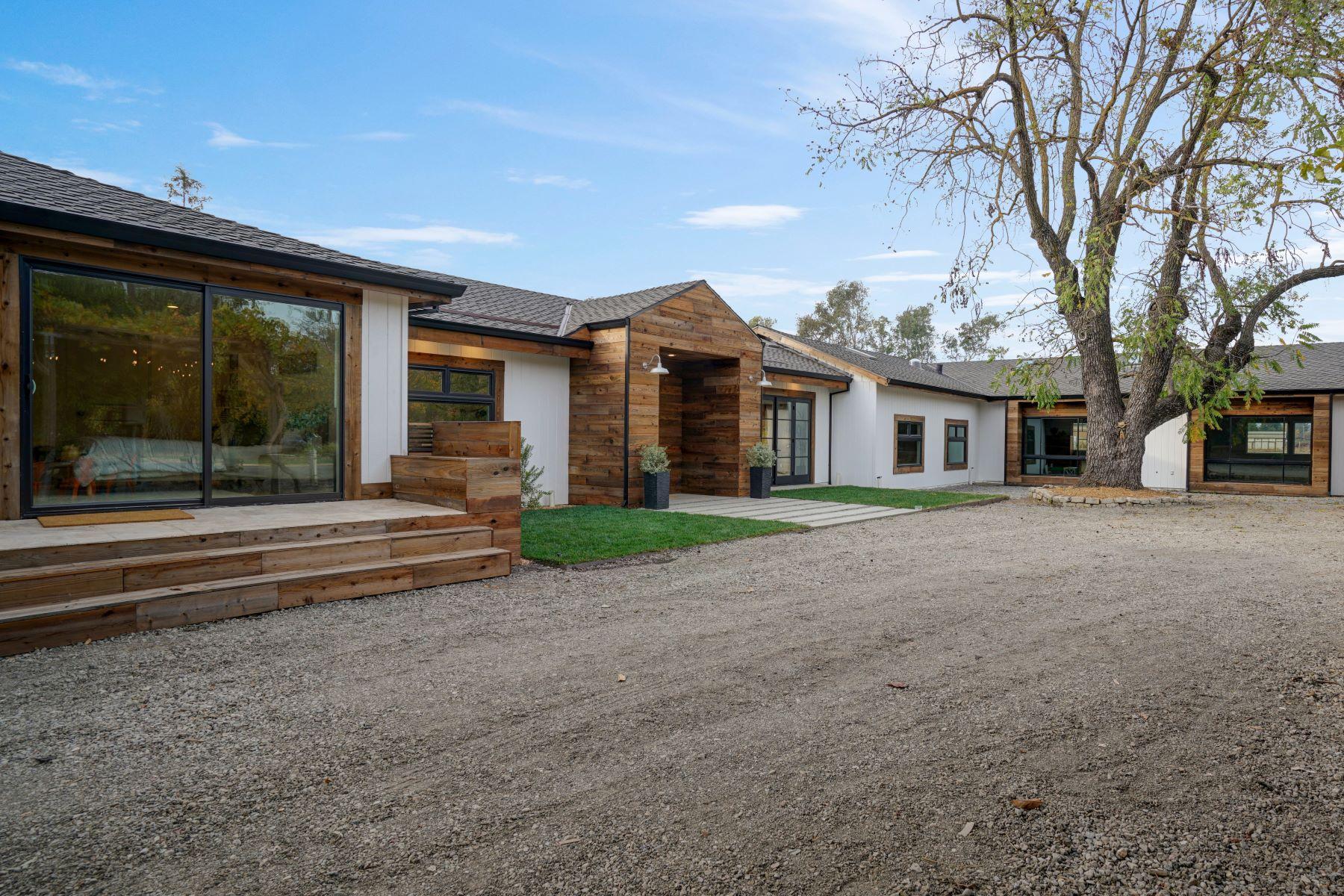 Single Family Homes 为 销售 在 Sophisticated Farmhouse and Vintage Barn 2530 Acacia Ave 索诺玛, 加利福尼亚州 95476 美国