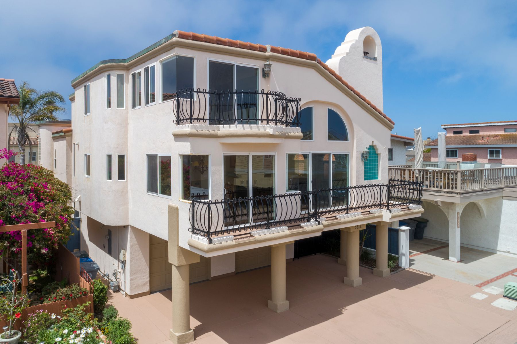 Single Family Homes for Sale at Gorgeous Beach House on Mandalay Shores 5311 Seabreeze Way Oxnard, California 93035 United States
