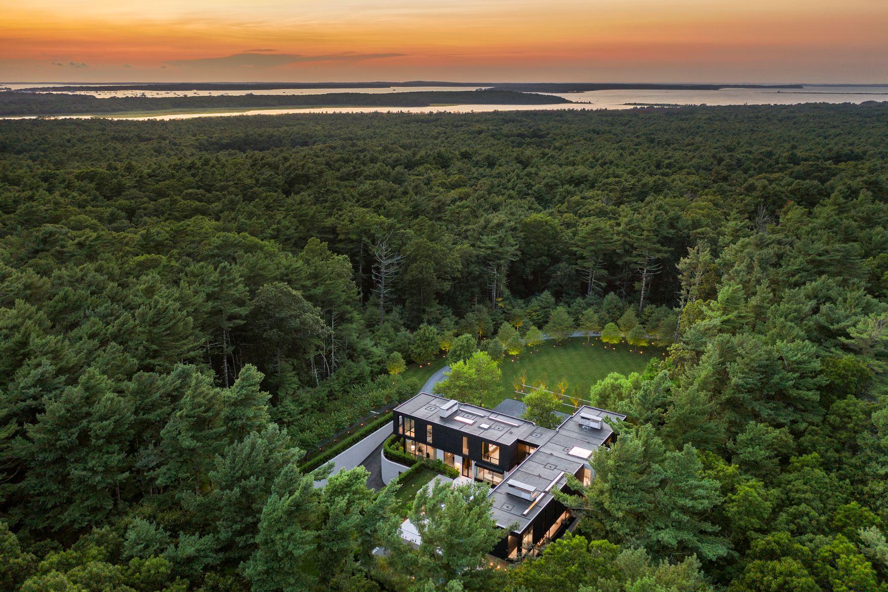 Single Family Homes för Försäljning vid Resolutely Private Modern Masterpiece 98 Bull Path, East Hampton, New York 11937 Förenta staterna