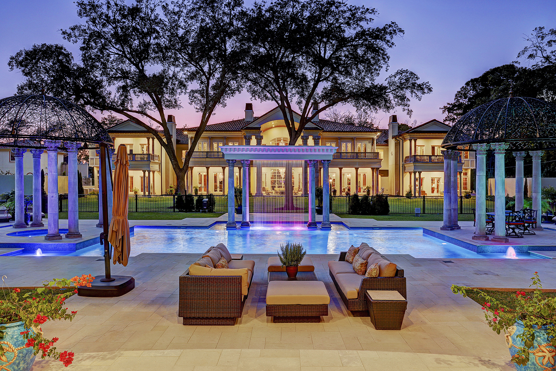 Single Family Homes for Sale at 6 Rivercrest Drive 6 West Rivercrest Drive Houston, Texas 77042 United States