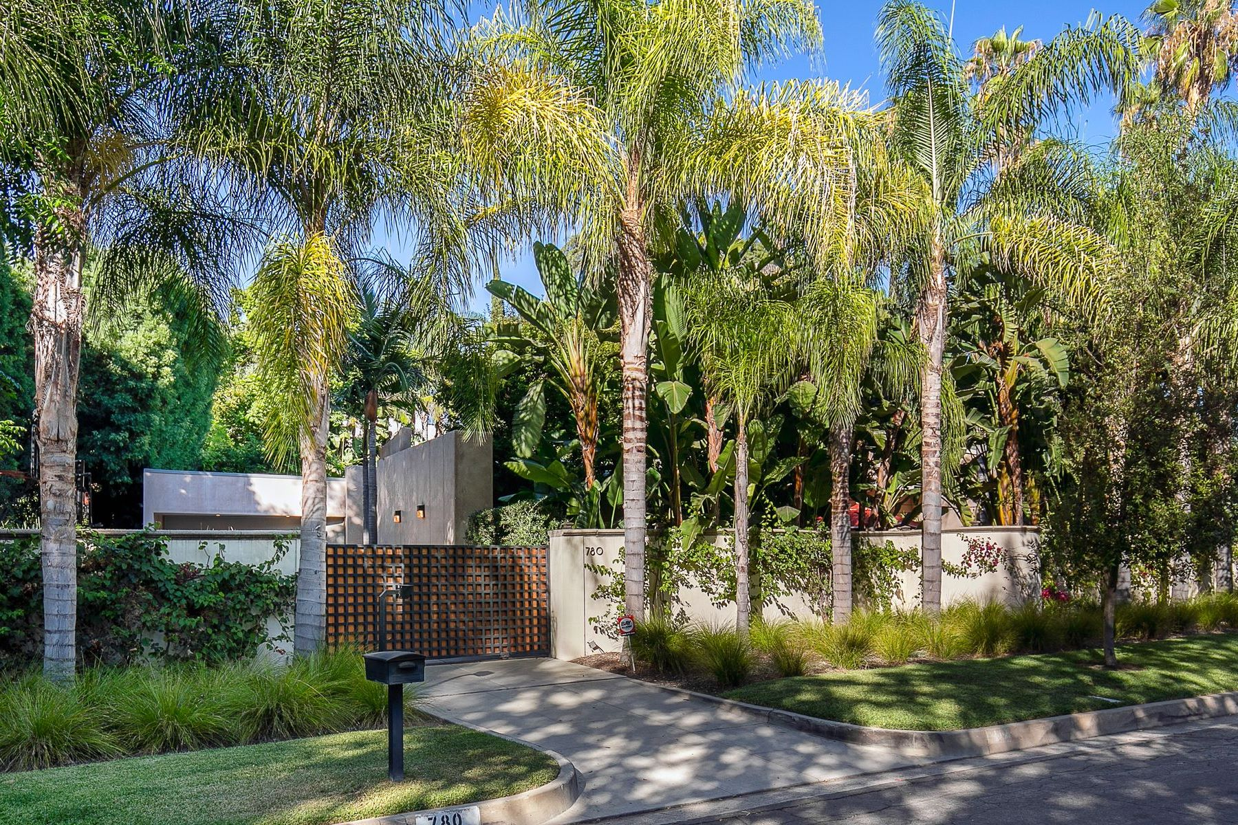 Single Family Homes for Sale at Mid-Century Marvel in a Magical Setting 780 South San Rafael Avenue Pasadena, California 91105 United States