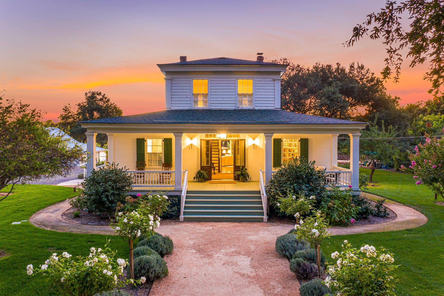 Single Family Homes 为 销售 在 1851 Historic Vineyard Home 600 Harris Rd 索诺玛, 加利福尼亚州 95476 美国