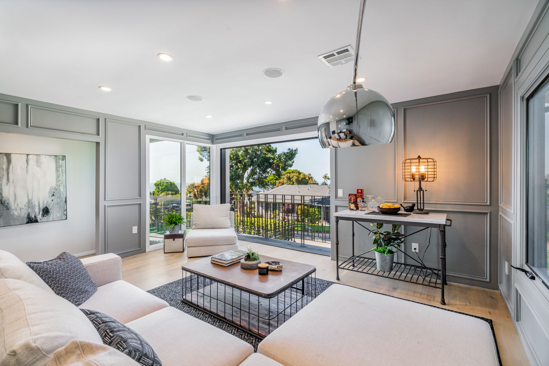 Single Family Homes for Sale at A Refined Hollywood Riviera Showplace 620 Calle Miramar Redondo Beach, California 90277 United States