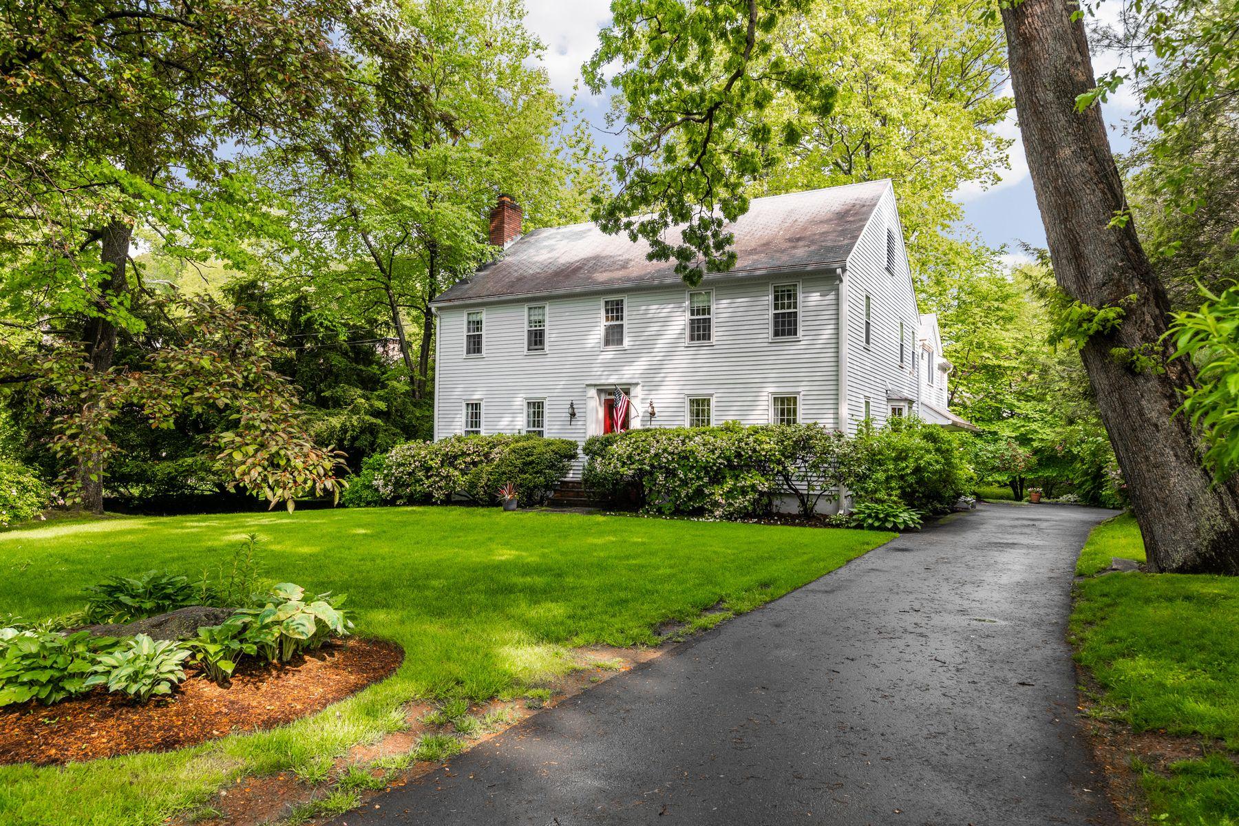 Single Family Homes للـ Sale في Great Wesskum Wood Road Neighborhood 33 Wesskum Wood Road, Riverside, Connecticut 06878 United States