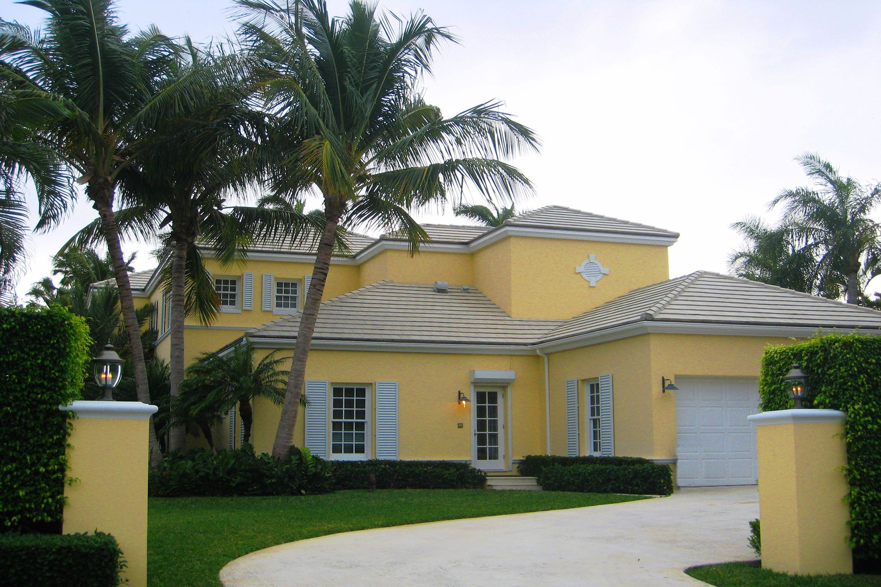 Single Family Homes pour l à louer à British Colonial Rental 510 N Lake Way Palm Beach, Floride 33480 États-Unis