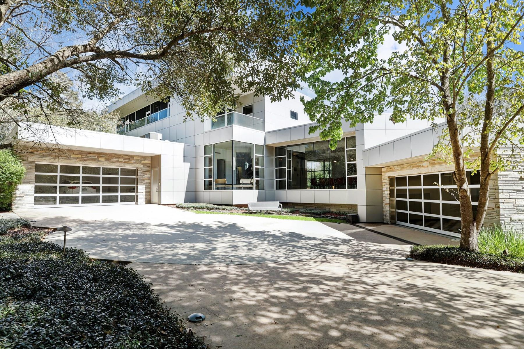 Single Family Homes for Sale at 19 Isle Place 19 W Isle Place The Woodlands, Texas 77381 United States