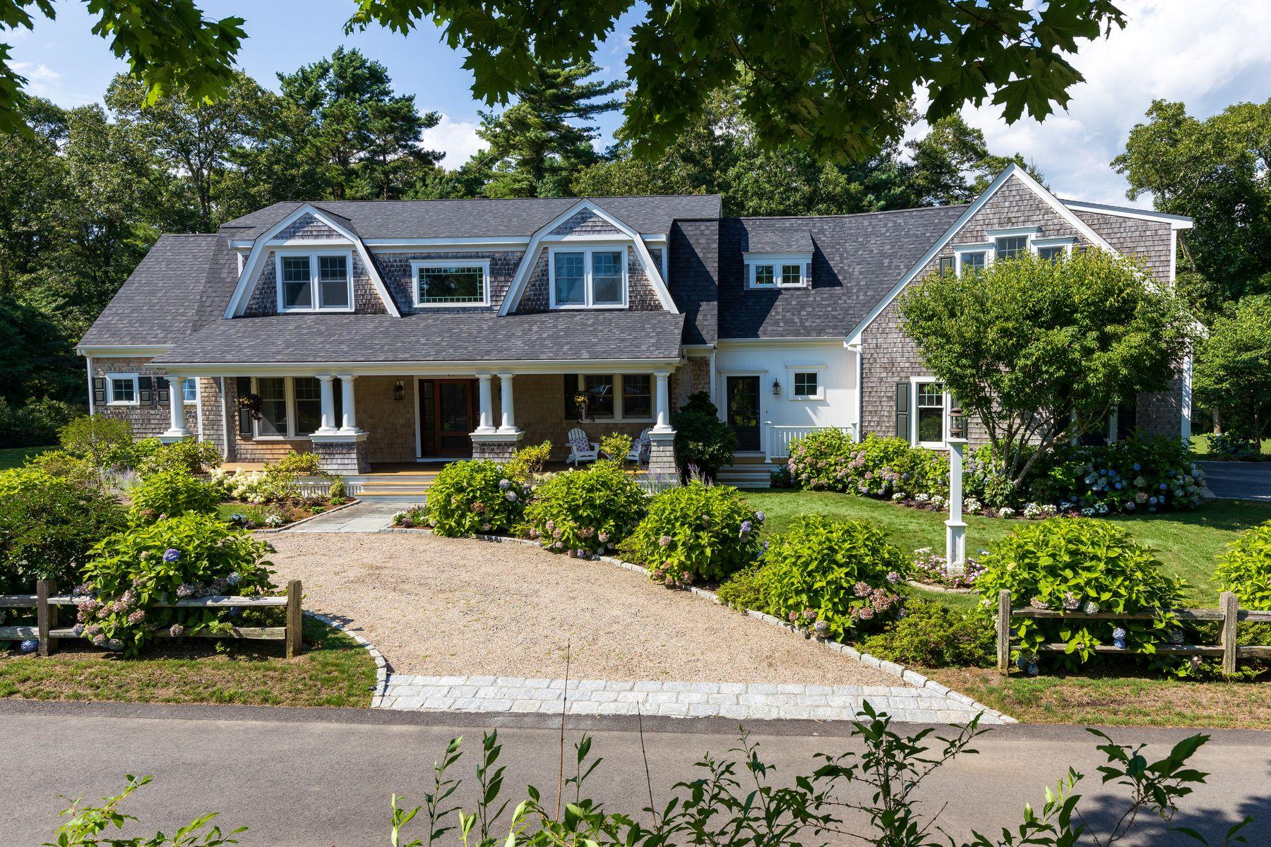 Single Family Homes pour l Vente à 40 Woodland Avenue Osterville, Massachusetts 02655 États-Unis