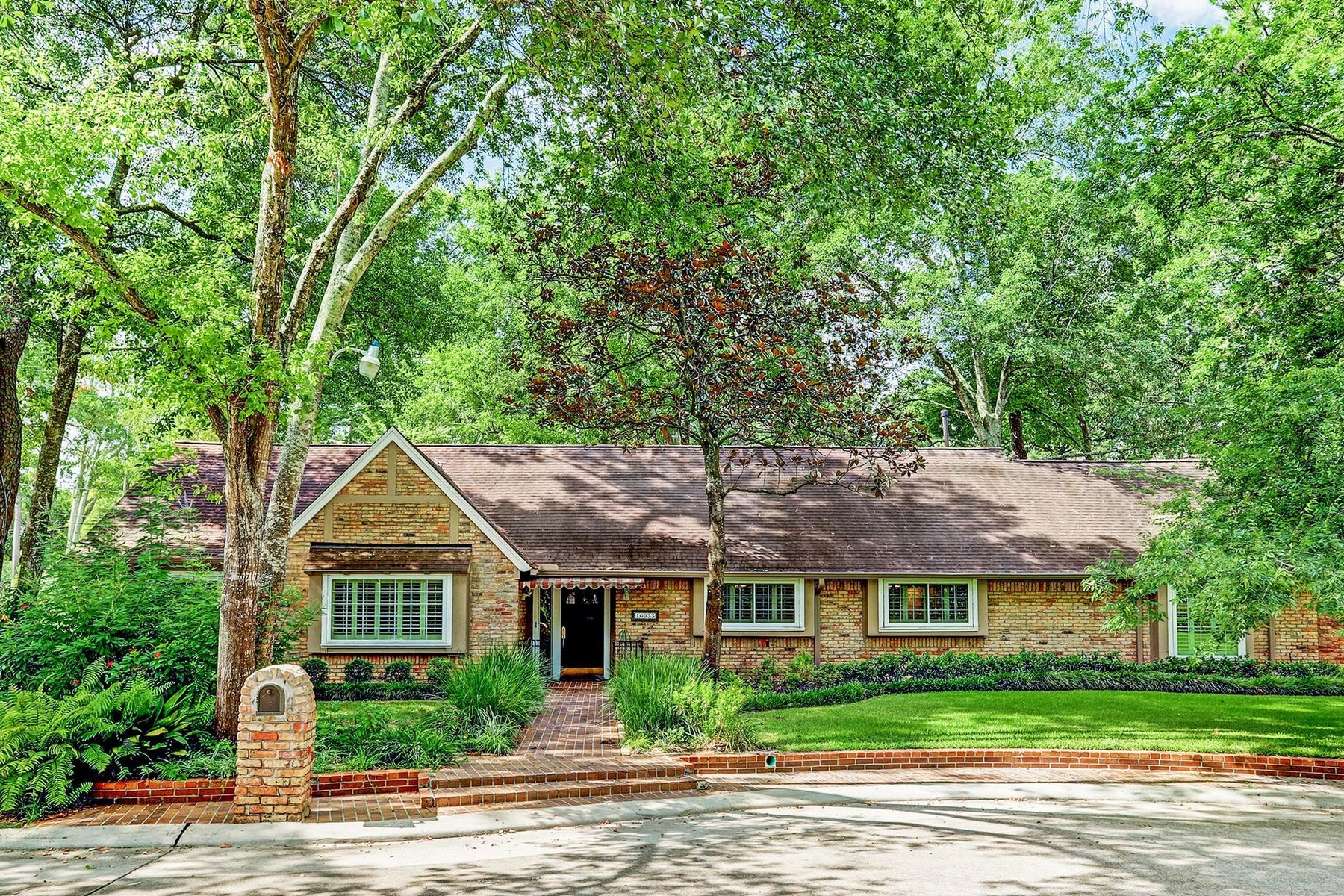 Single Family Homes for Sale at 10933 Long Shadow Lane Hunters Creek Village, Texas 77024 United States