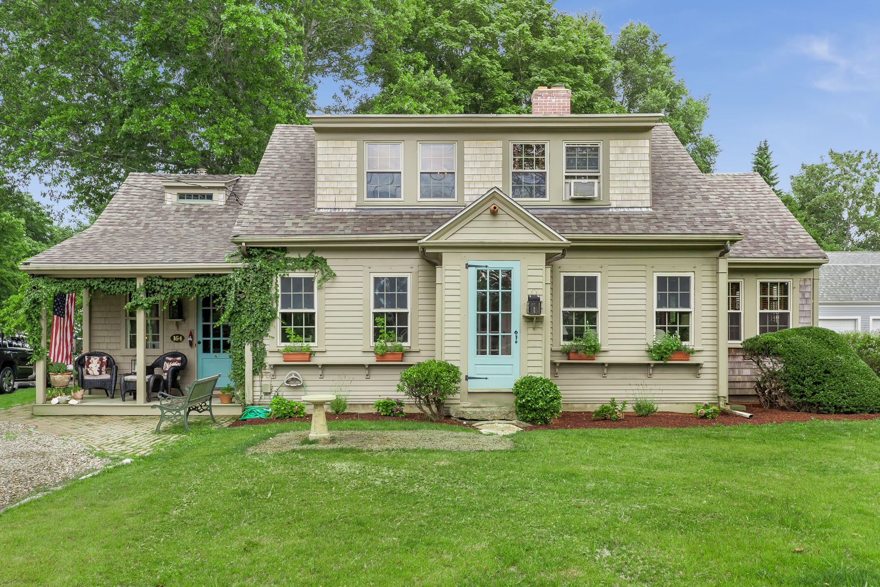 Single Family Homes pour l Vente à 164 Walker Street Falmouth, Massachusetts 02540 États-Unis