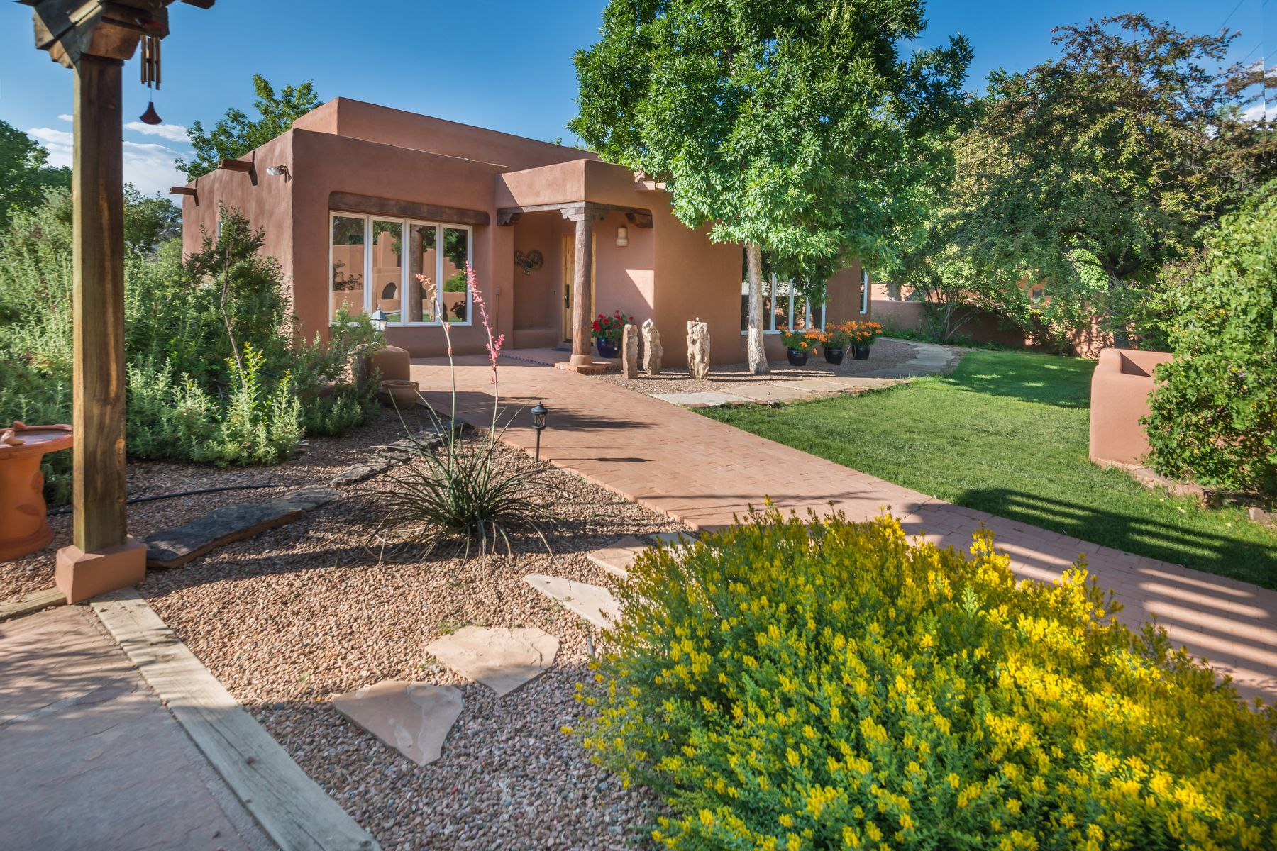Single Family Homes pour l Vente à 1 Jerry Hatchet Lane 1 Jerry Hatchet Ln, Nambe, Nouveau-Mexique 87506 États-Unis