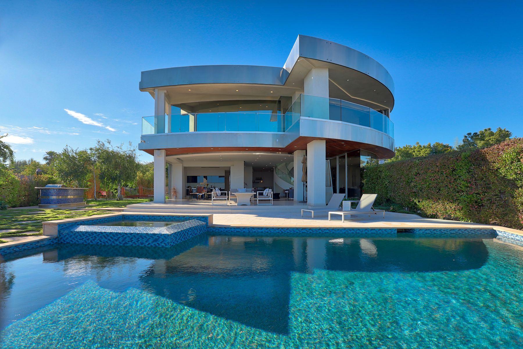 Single Family Homes 为 销售 在 Early 21st Century Modern Masterpiece 2235 Hercules Drive 洛杉矶, 加利福尼亚州 90046 美国