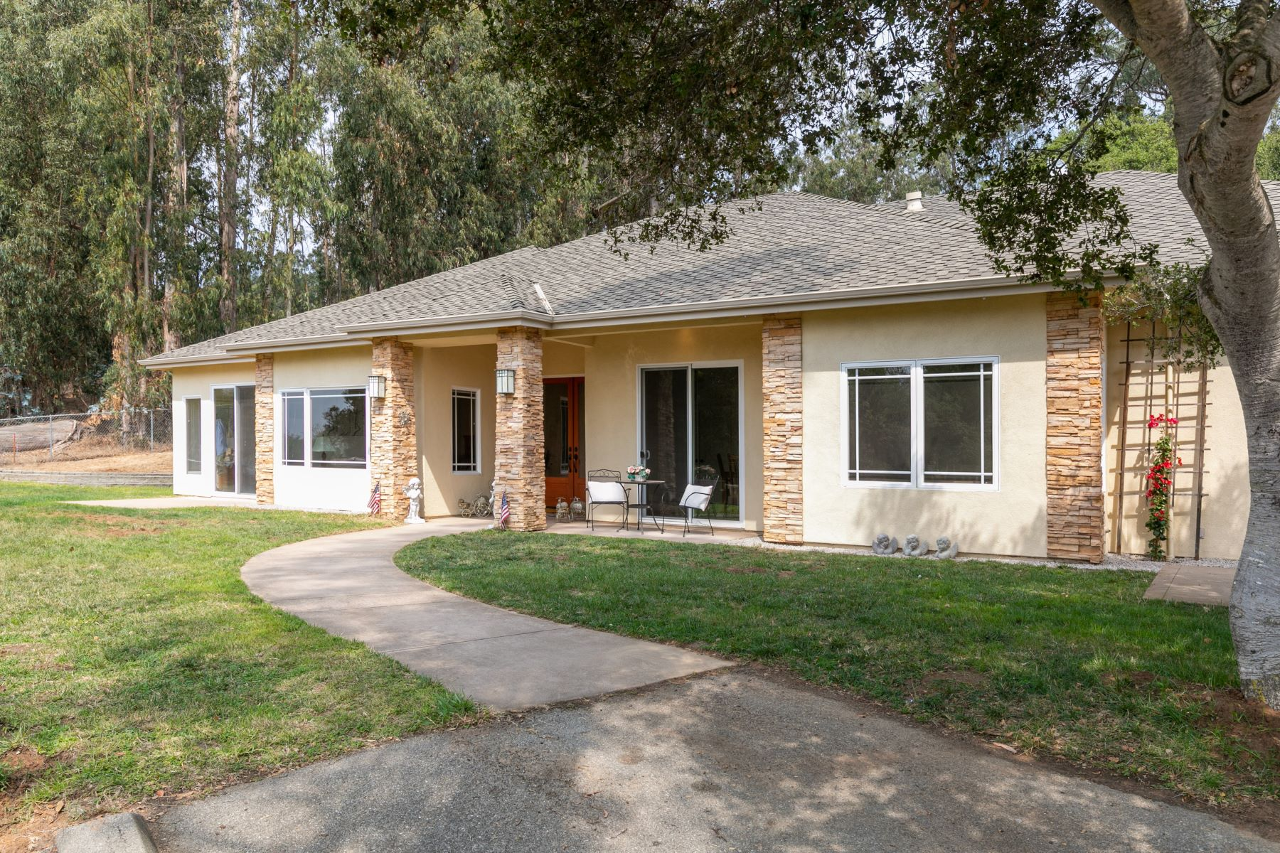 Single Family Homes for Active at Wonderful Rural Retreat with Acreage 9406 Hawk Drive Salinas, California 93907 United States
