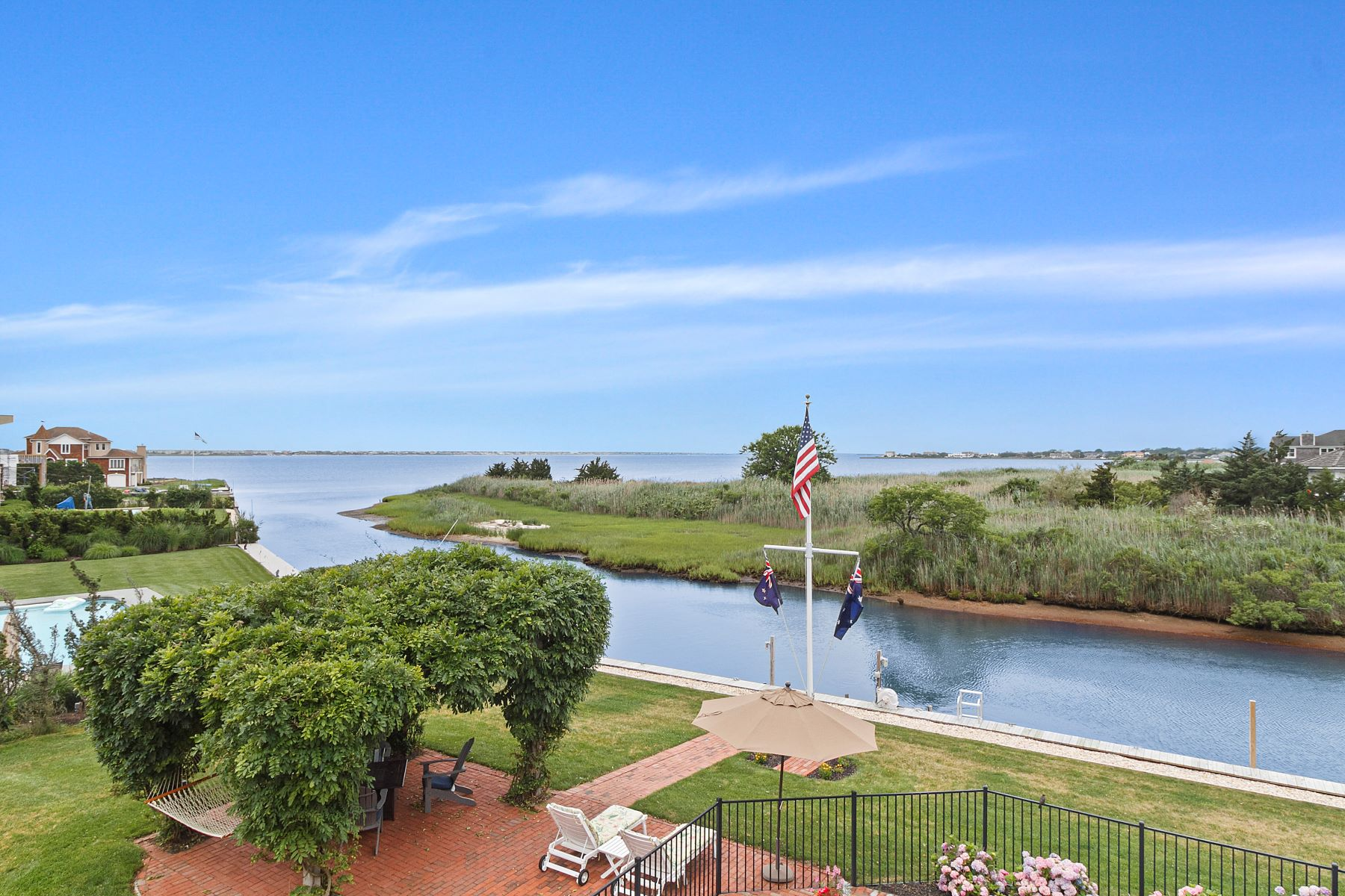 Single Family Homes 為 出售 在 West-Facing Waterfront Home, Pool & Dock 15 Sandpiper Court, Westhampton, 纽约 11977 美國