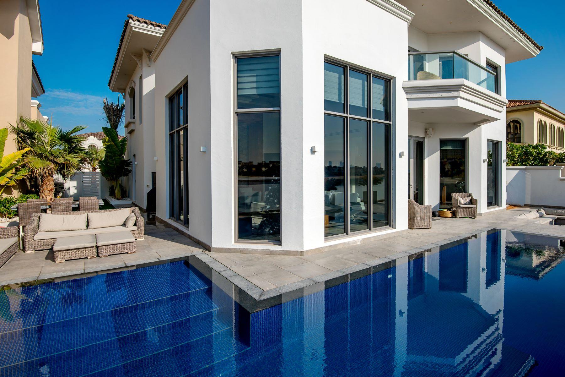 Other Residential Homes pour l Vente à Renovated Beachfront 4BR Villa Garden Homes Palm Jumeirah Dubai, Dubaï 12345 Émirats Arabes Unis
