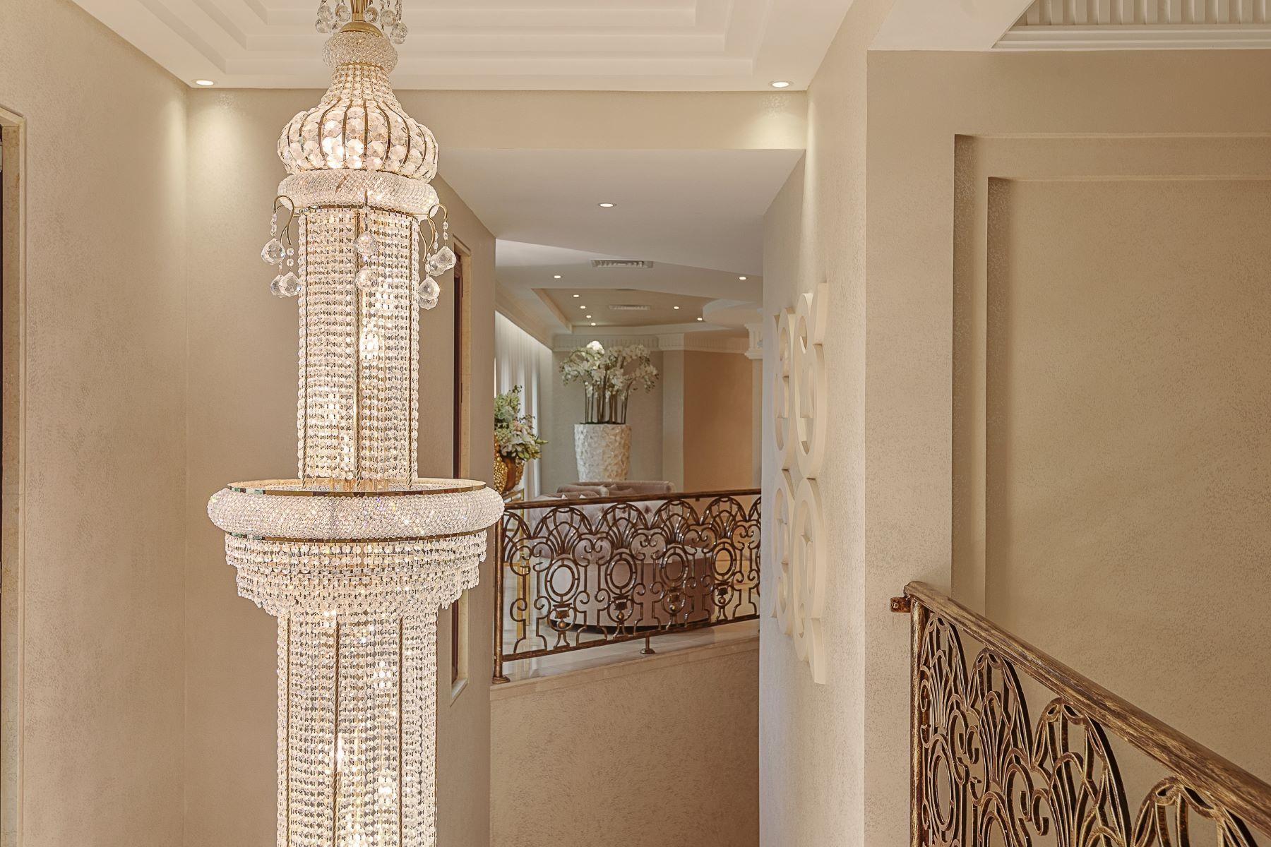 Additional photo for property listing at Stunning  8 Bedrooms  Emirates Hills Palace Dubai, Dubai United Arab Emirates