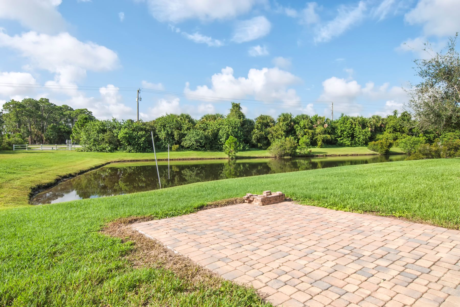 Additional photo for property listing at Lakefront Home With Lots of Room for Entertaining! 1255 Lexington Lane Sw Vero Beach, Florida 32962 United States