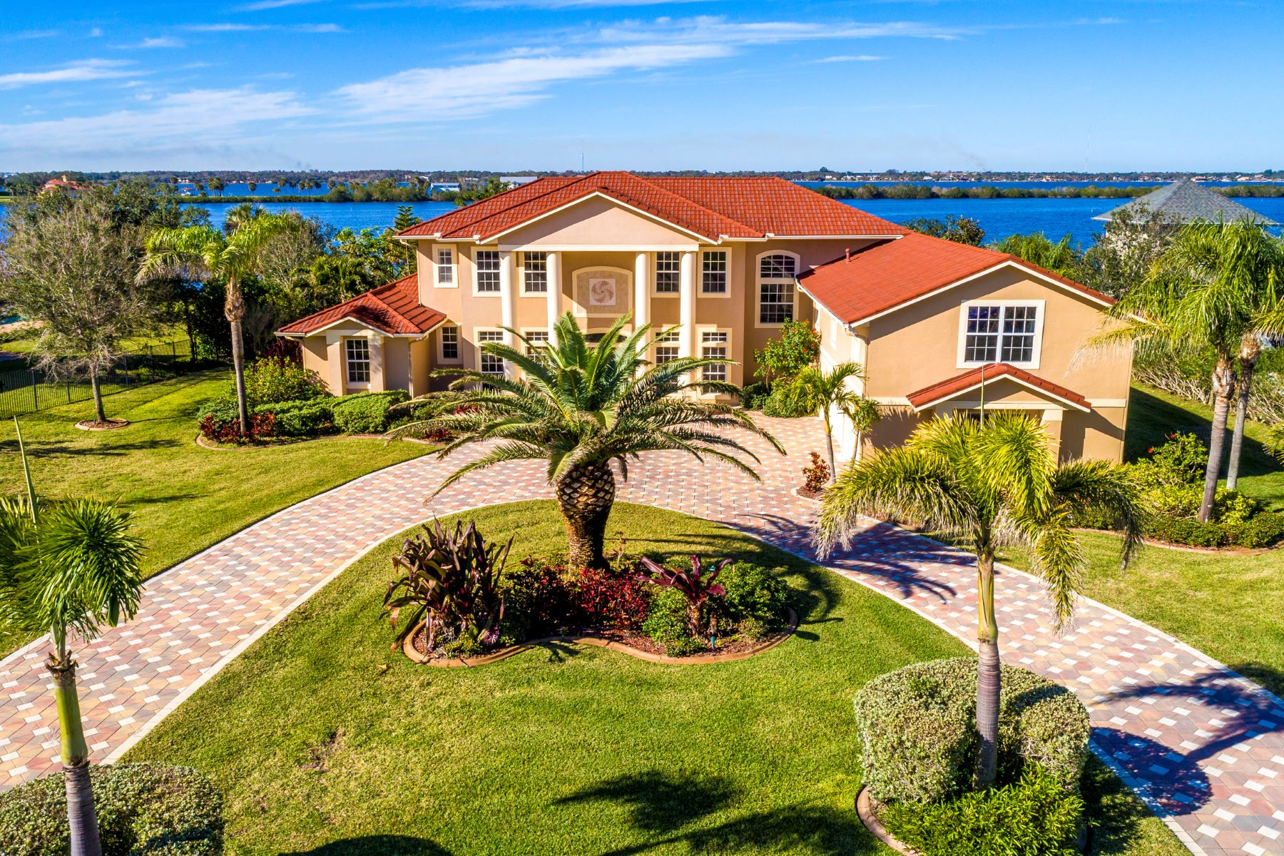 Property para Venda às Spectacular Estate Home Overlooking Honeymoon Lake and the Indian River 4790 Honeyridge Lane Merritt Island, Florida 32952 Estados Unidos