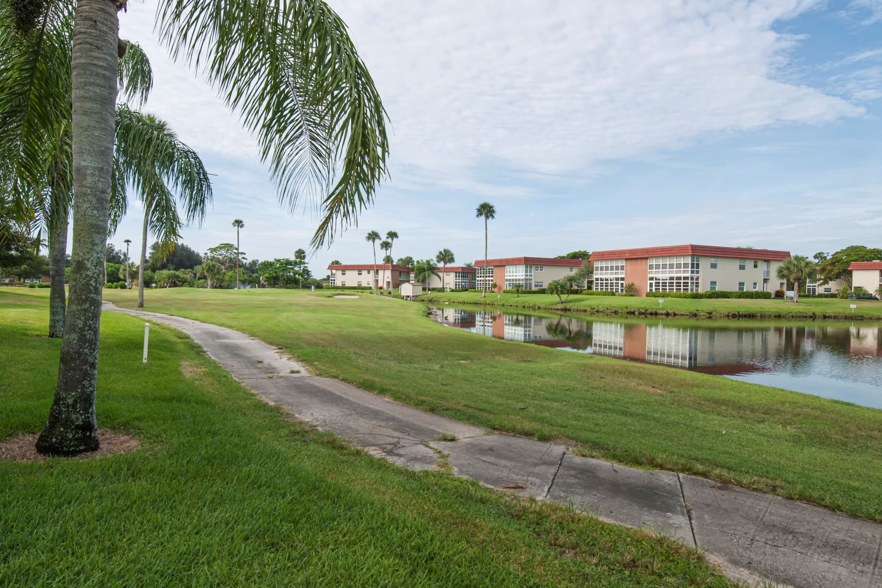 Property のために 売買 アット Cute One Bedroom Condo with Golf Course Views 76 Royal Oak Drive 204 Vero Beach, フロリダ 32962 アメリカ