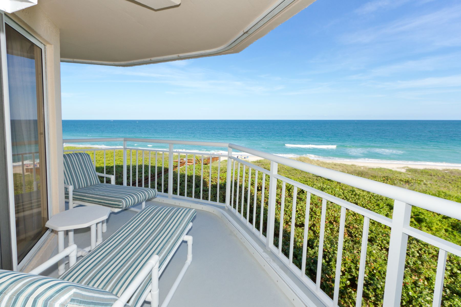 Condominiums 为 销售 在 Carefree Beachfront Living with Picture Perfect Ocean Views! 3870 N Highway A1A 504, 哈钦森岛, 佛罗里达州 34949 美国