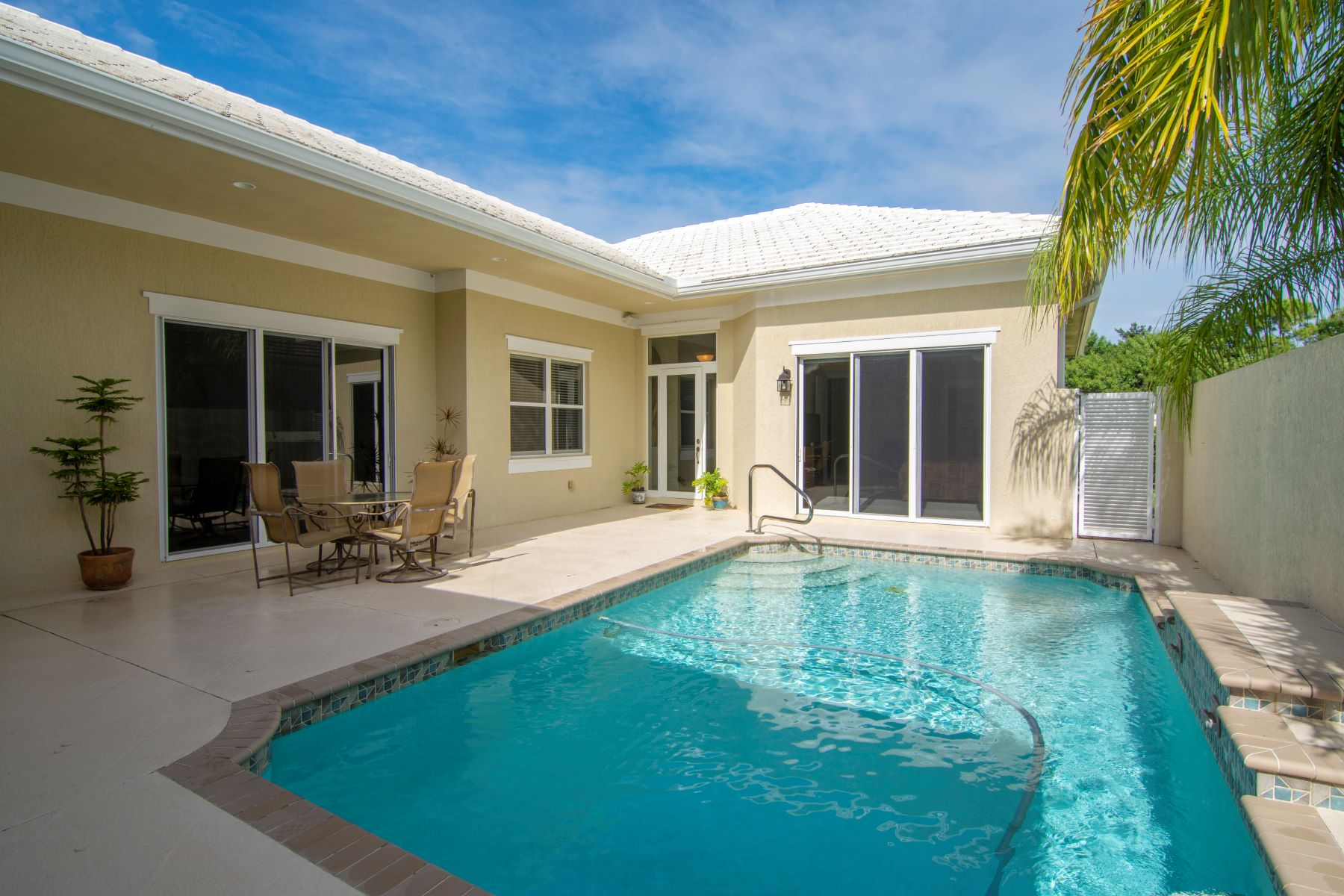 Single Family Homes 為 出售 在 Courtyard Style Home with Generous Space 1025 Riverwind Circle Vero Beach, 佛羅里達州 32967 美國