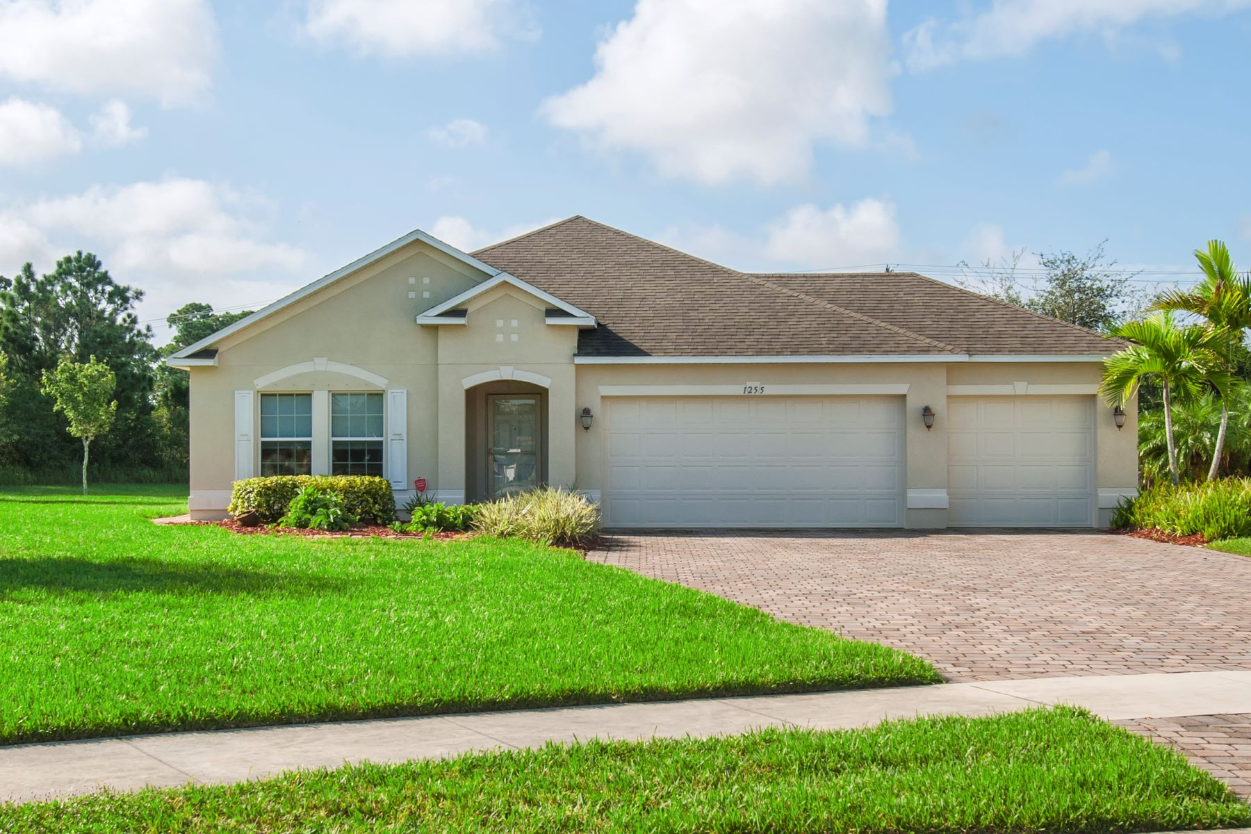 Single Family Homes のために 売買 アット Lakefront Home With Lots of Room for Entertaining! 1255 Lexington Lane Sw Vero Beach, フロリダ 32962 アメリカ