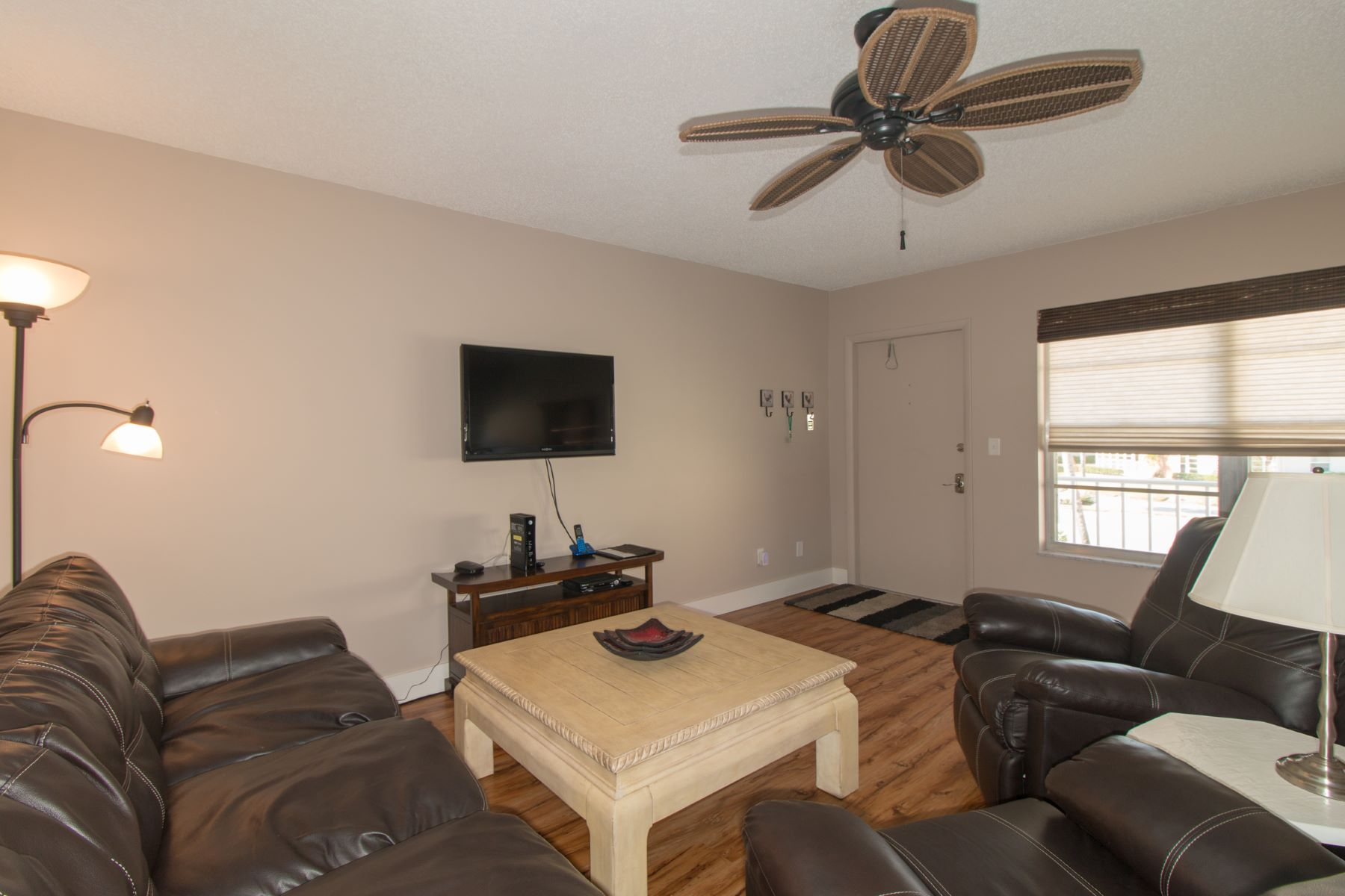 Additional photo for property listing at Two Bedroom Remodeled Home with Preserve View 52 Woodland Drive 202 Vero Beach, Florida 32962 United States