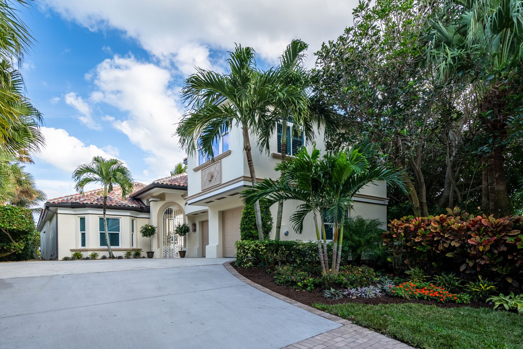 Property para Venda às Stunning Oceanfront Courtyard Home 151 Mariner Beach Lane Vero Beach, Florida 32963 Estados Unidos