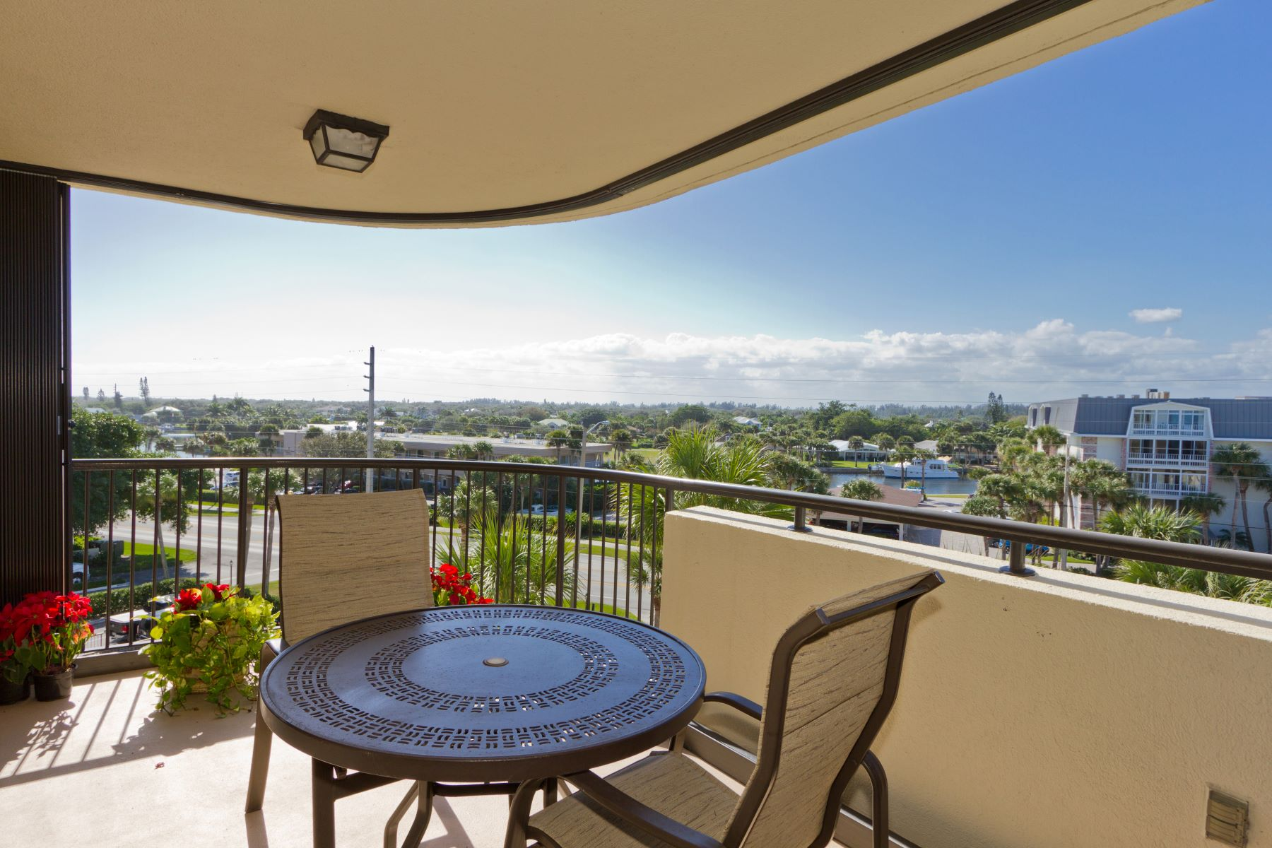 Condominiums のために 売買 アット It's All About Living a Carefree Beach Lifestyle! 4600 Highway A1A 401 Vero Beach, フロリダ 32963 アメリカ