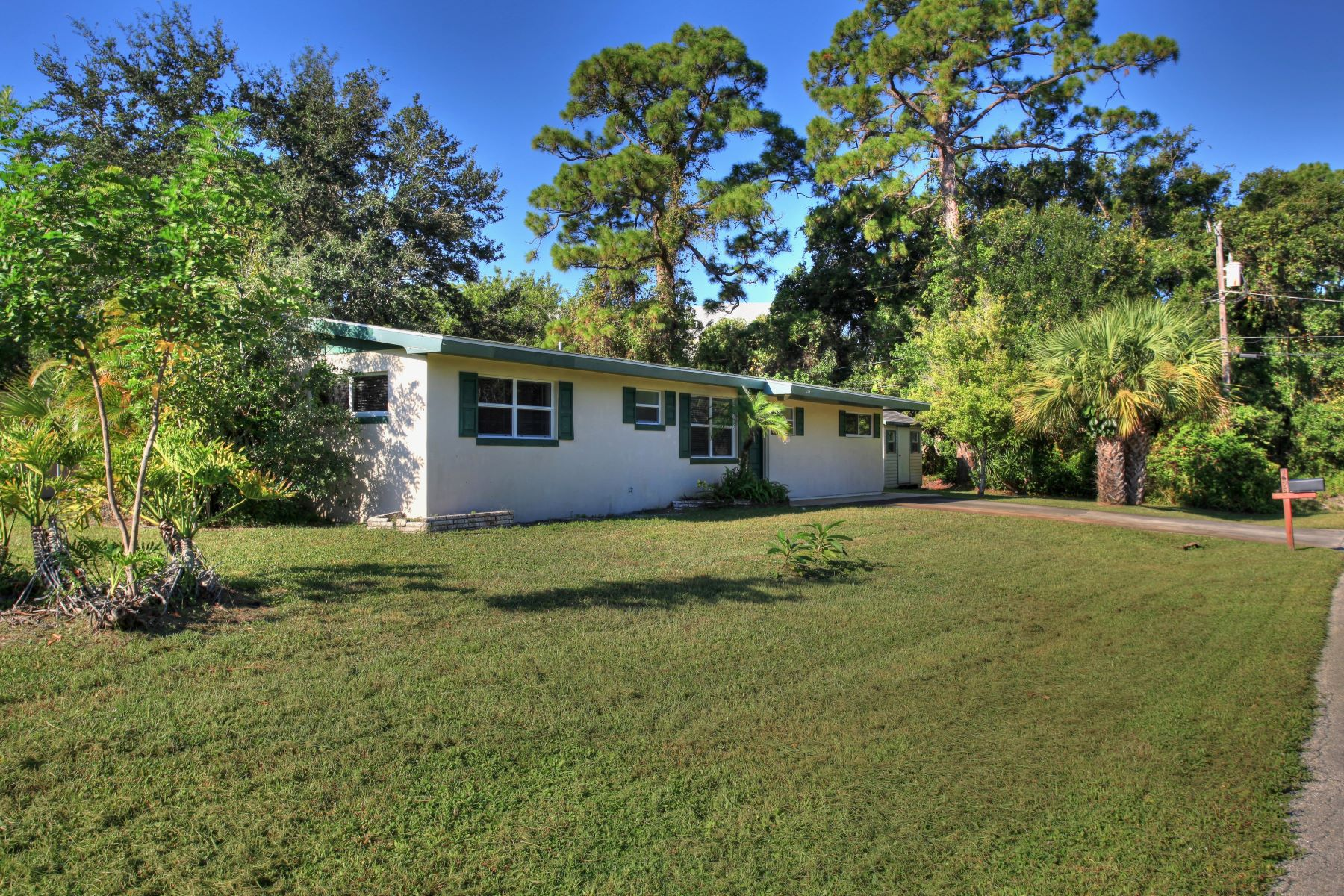 Single Family Homes for Sale at Cute Florida Home 1675 41st Avenue Vero Beach, Florida 32960 United States