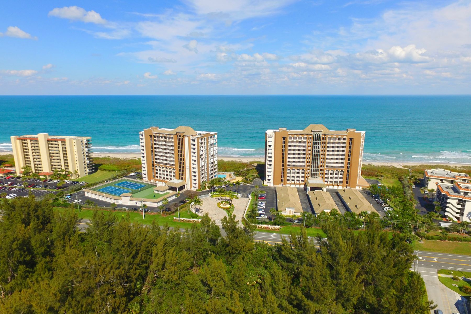 Condominiums 为 销售 在 Experience Sea Side Elegance in this Seveth Floor Condo! 4160 N Highway A1A 707A 哈钦森岛, 佛罗里达州 34949 美国