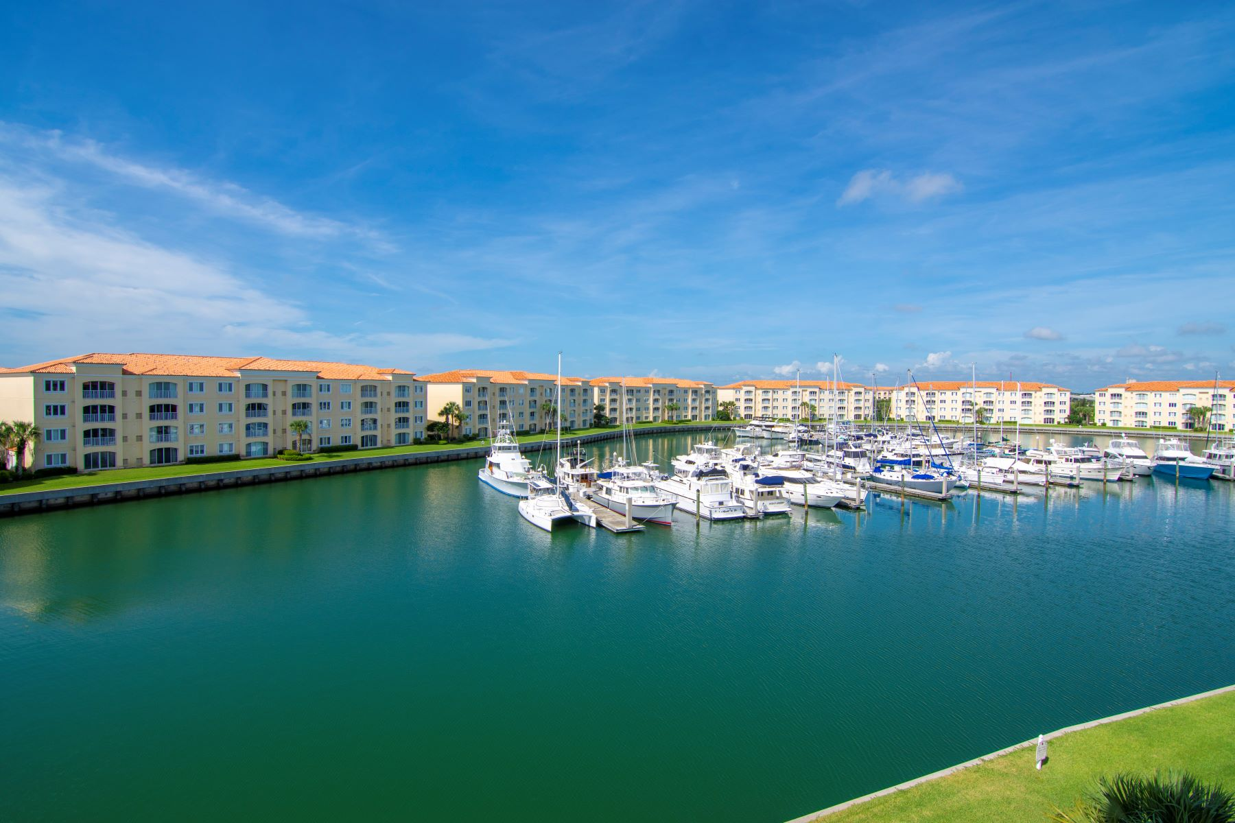 Penthouse Corner Unit Overlooking Harbour Isle's Prestigious Marina of Yachts 8 Harbour Isle Drive #PH06 Fort Pierce, Florida 34949 Estados Unidos