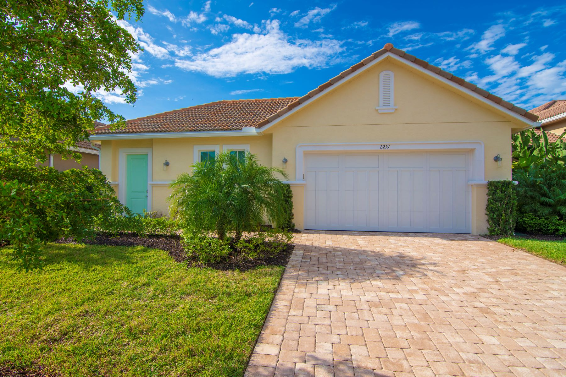 Single Family Homes voor Verkoop op Caribbean Style Courtyard Home Built in 2018! 2219 Falls Circle Vero Beach, Florida 32967 Verenigde Staten