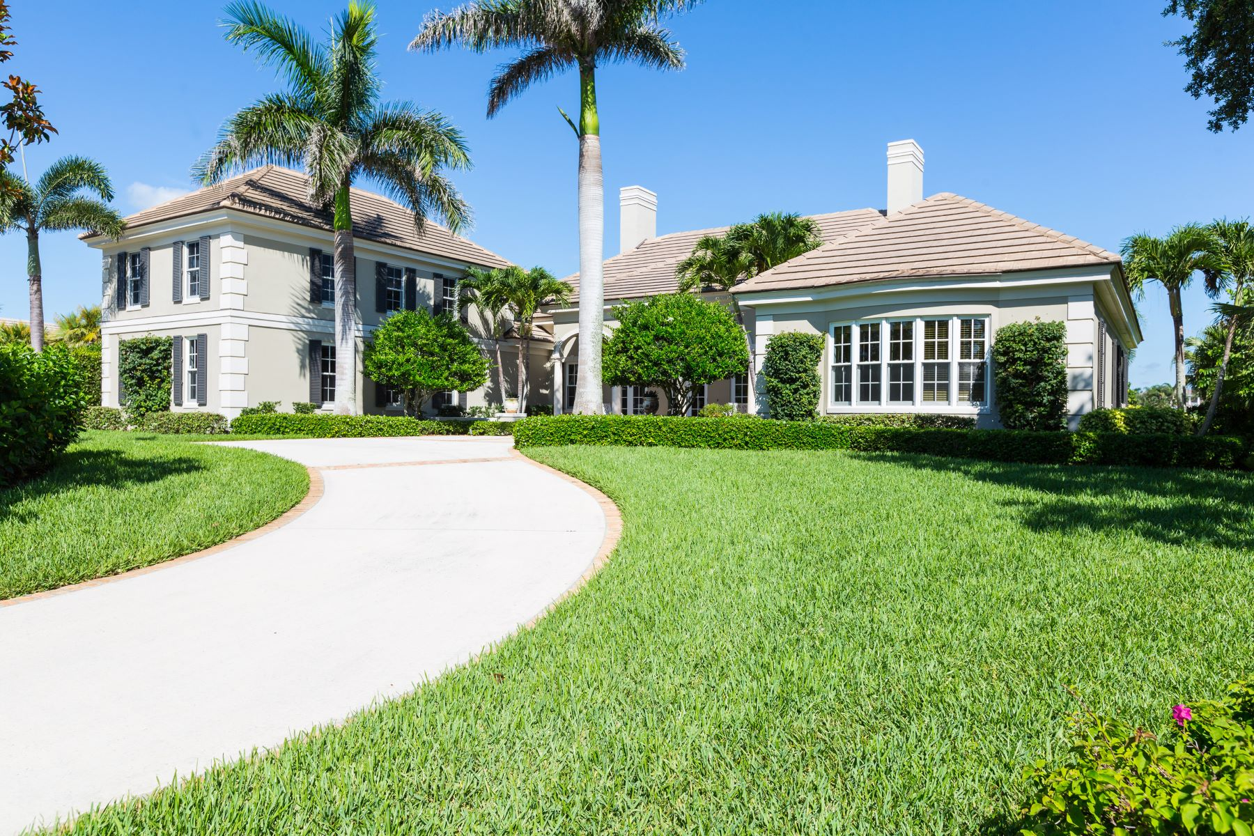 Single Family Homes pour l Vente à Beautiful West Indies Style Estate with Spectacular Golf Course Views 350 Westwind Court Vero Beach, Floride 32963 États-Unis