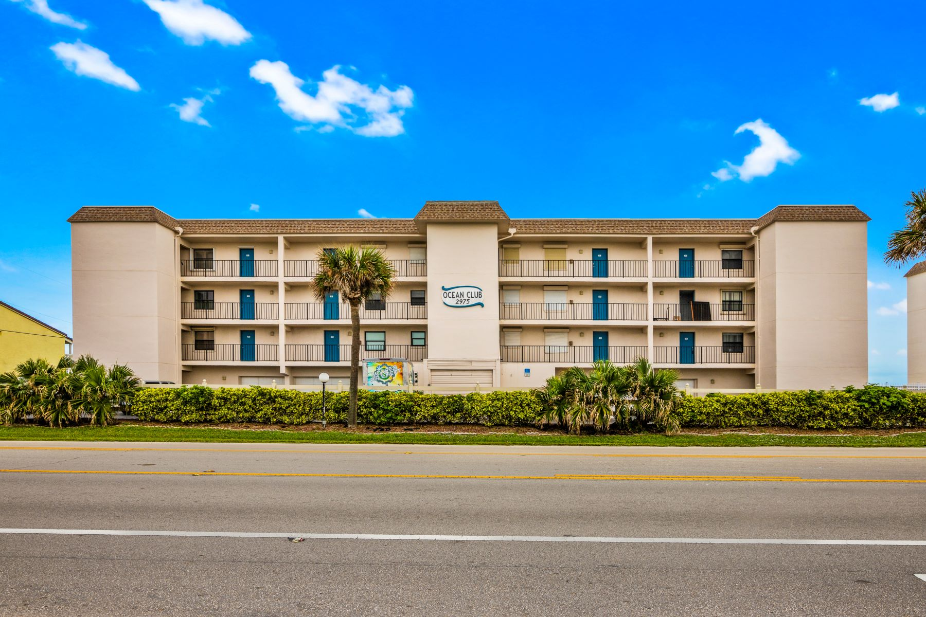 Condominiums för Försäljning vid Top Floor End Unit Condo with Direct Ocean Views 2975 S Highway A1A, 131 Melbourne Beach, Florida 32951 Förenta staterna