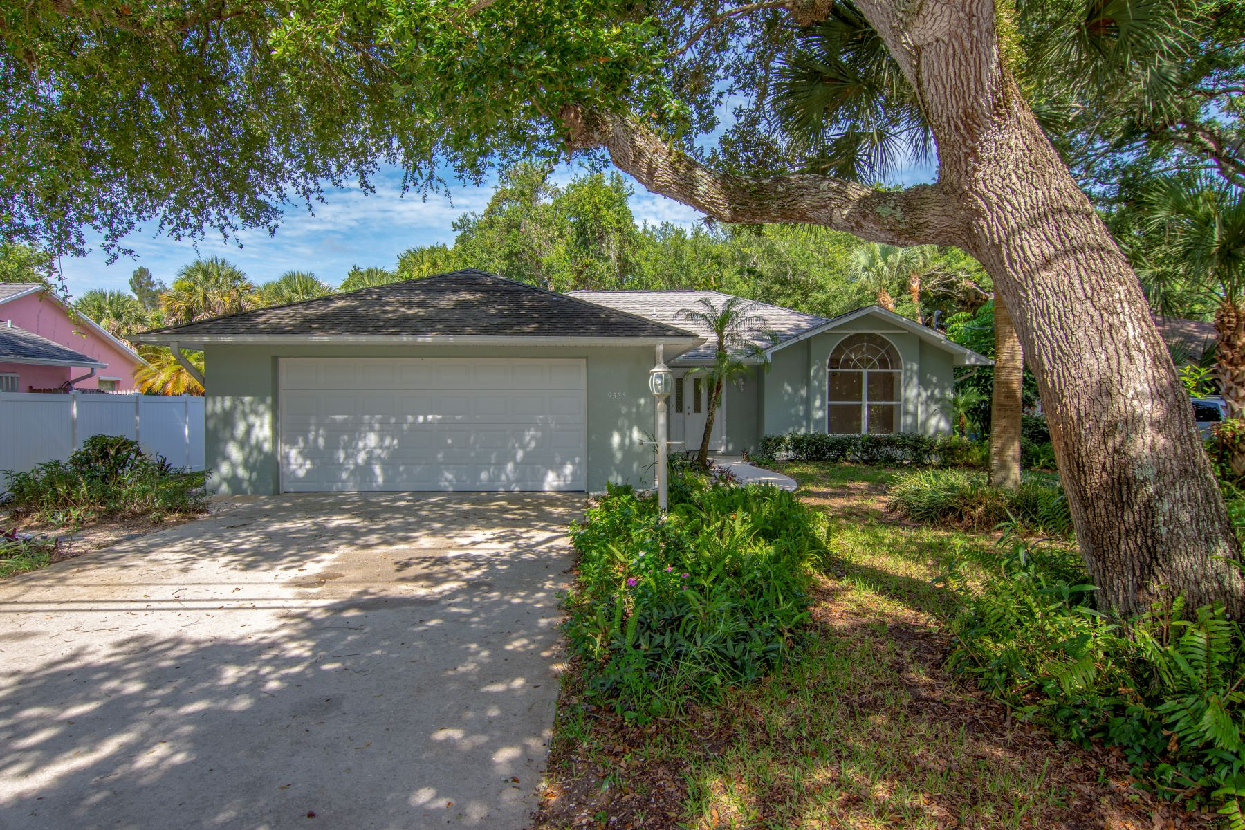 Three Bedroom Home on a Canopied Lot 9335 Seagrape Drive NULL Vero Beach, Florida 32963 Amerika Birleşik Devletleri