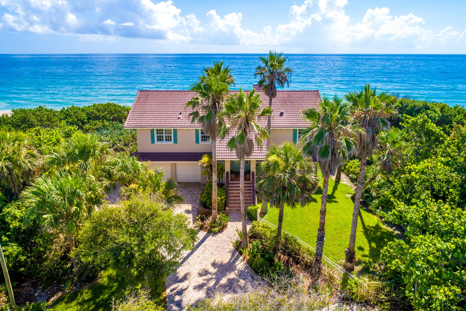 Single Family Homes 为 销售 在 Completely Renovated Oceanfront Dream Home 9515 S Highway A1A 墨尔本海滩, 佛罗里达州 32951 美国