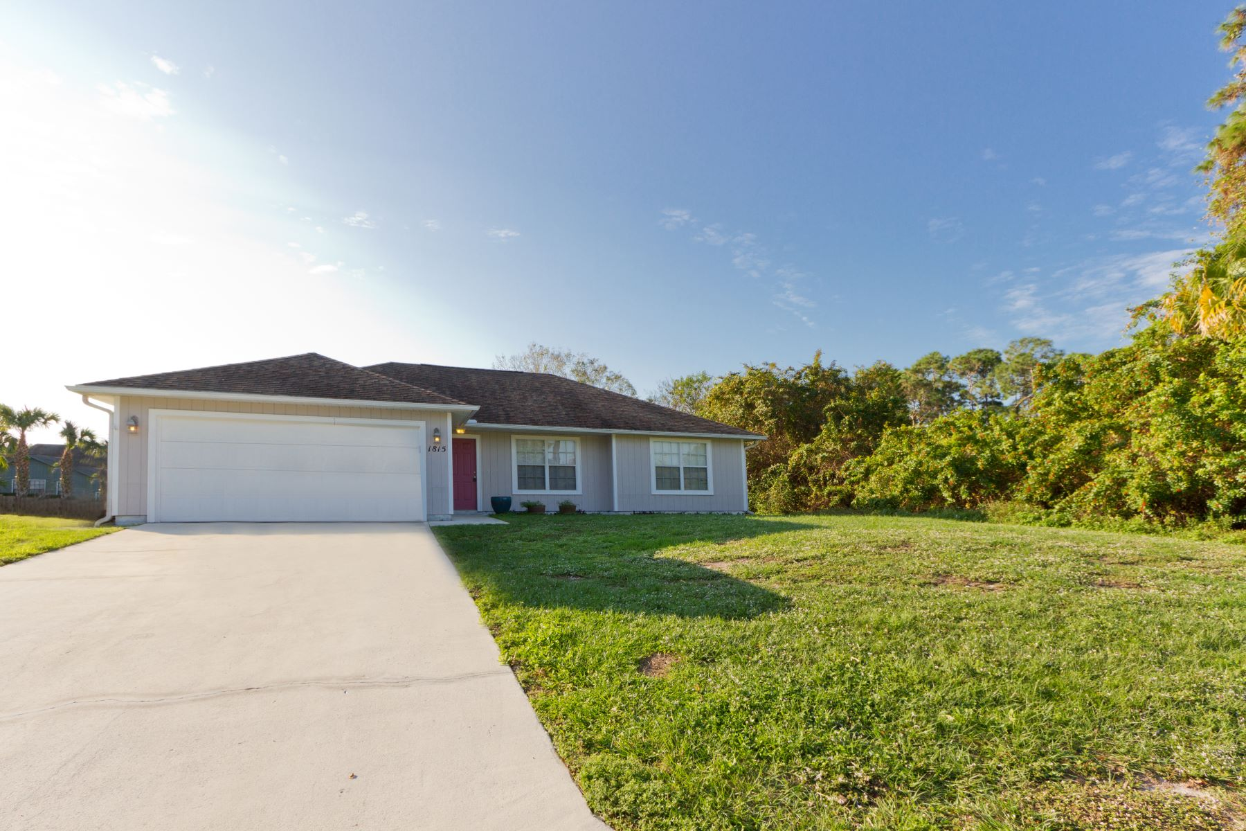 Single Family Homes for Sale at Charming Home with Huge Yard 1815 20th Place Sw Vero Beach, Florida 32962 United States