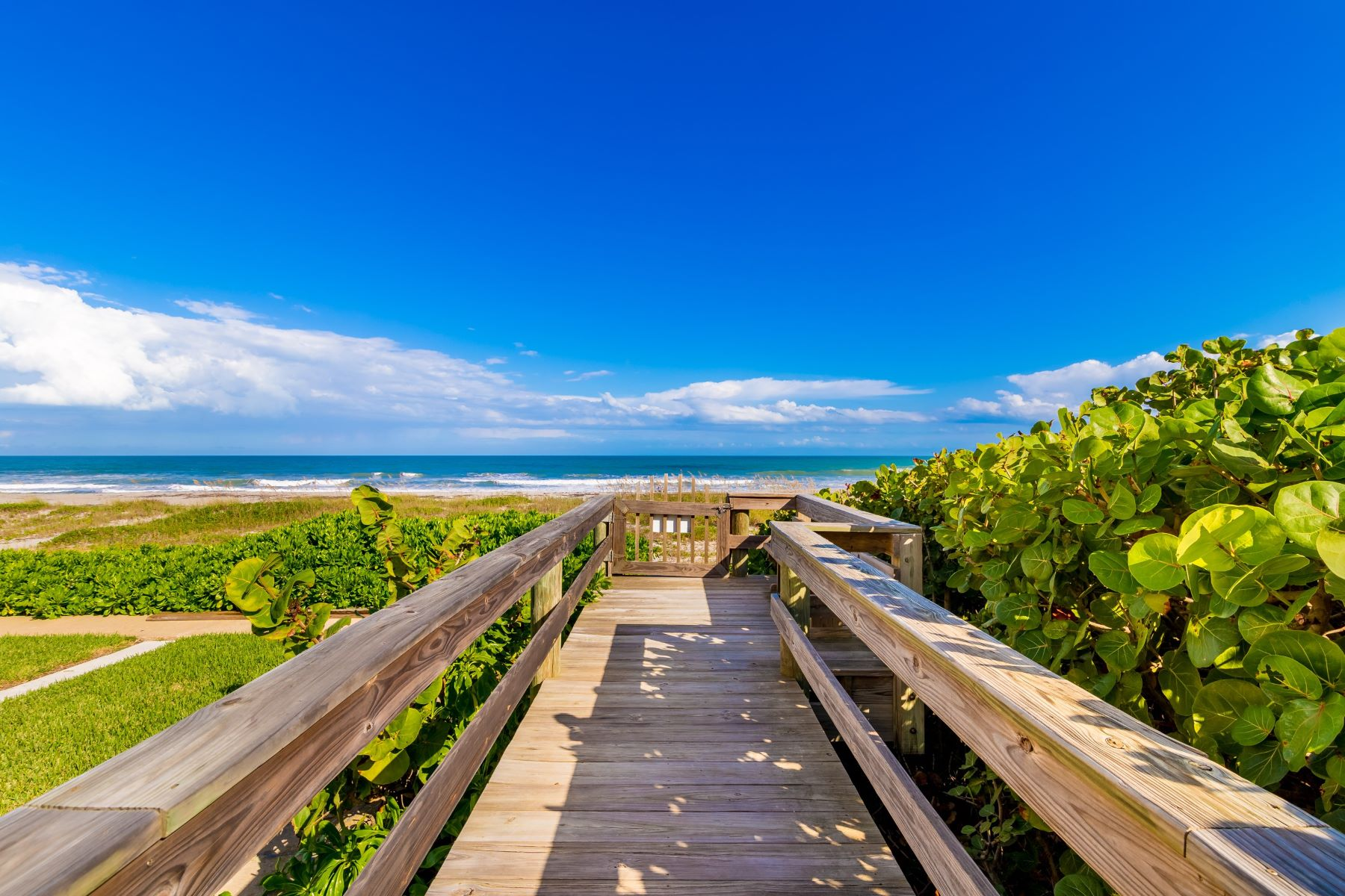 Condominiums для того Продажа на Impressive Oceanfront Condo 3031 S Atlantic Avenue 103 Cocoa Beach, Флорида 32931 Соединенные Штаты